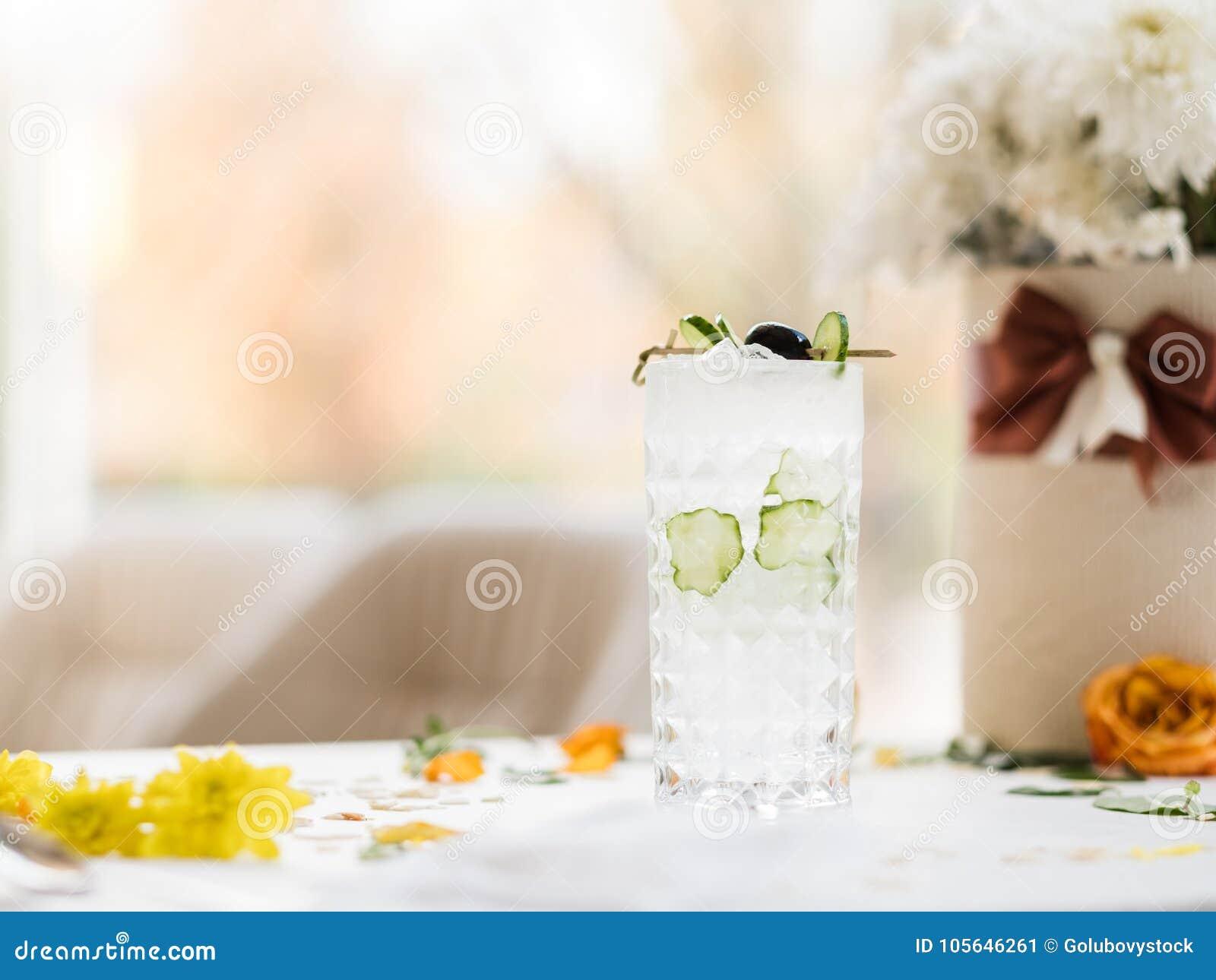 Αναζωογονώντας υγιές ποτό κοκτέιλ αγγουριών