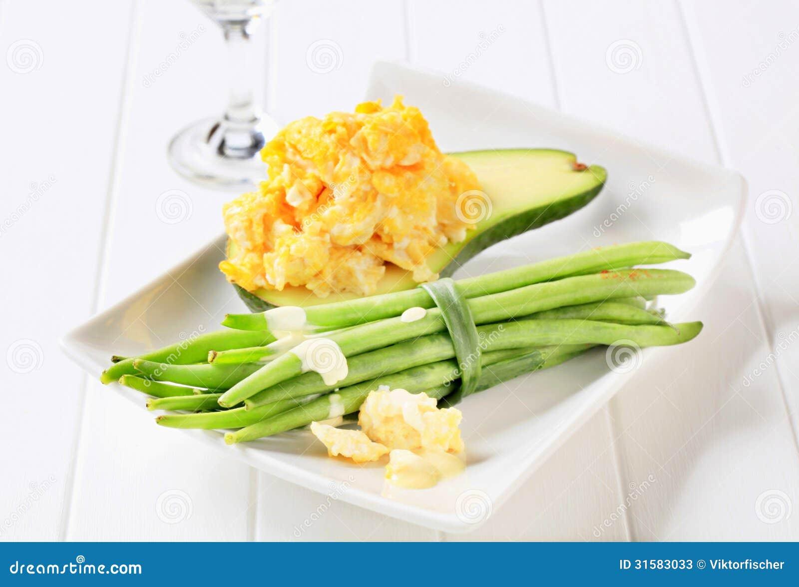 Ανακατωμένα αυγά με το αβοκάντο και τα πράσινα φασόλια