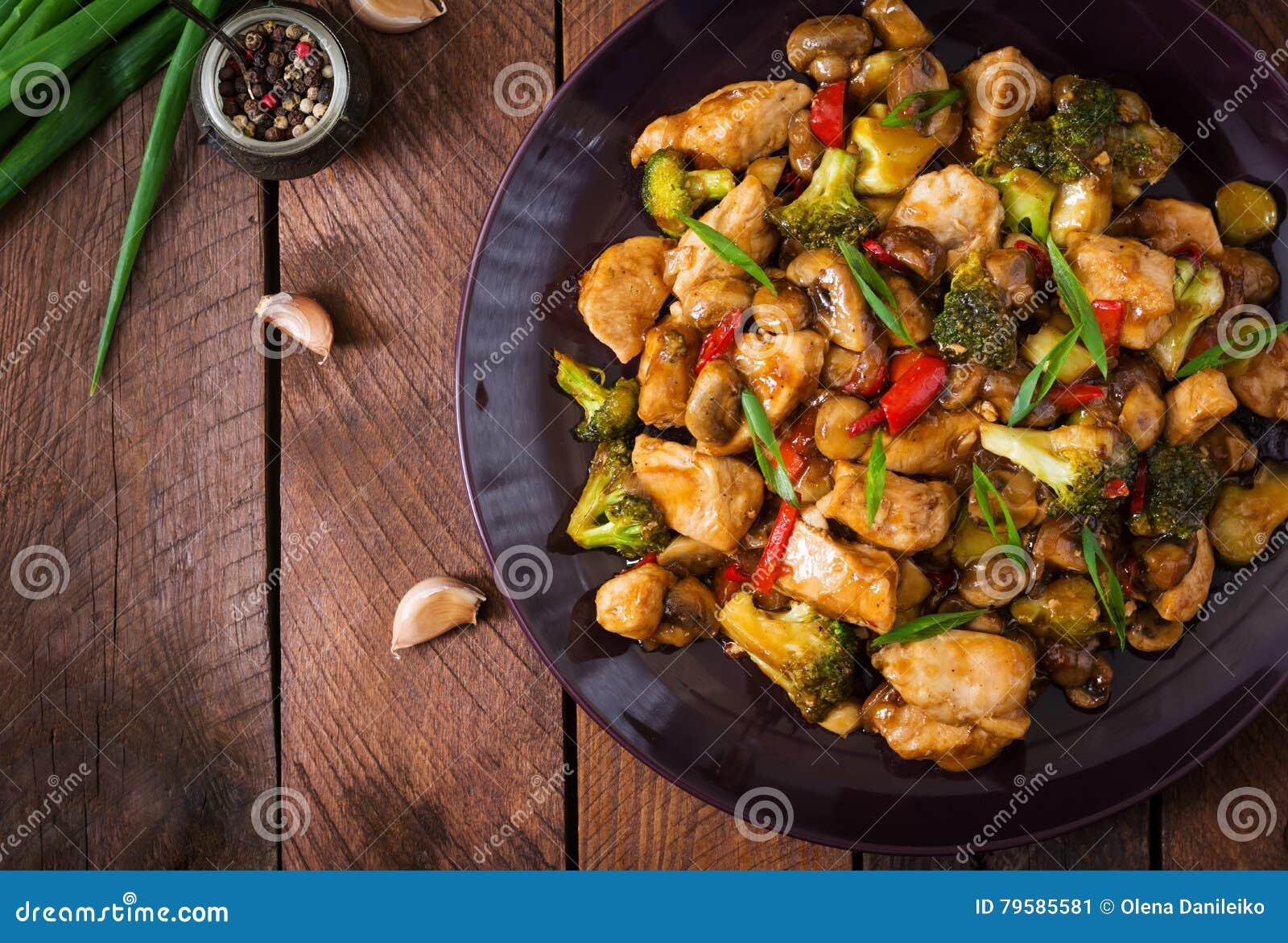 Ανακατώστε τα τηγανητά με το κοτόπουλο, τα μανιτάρια, το μπρόκολο και τα πιπέρια - κινεζικά τρόφιμα