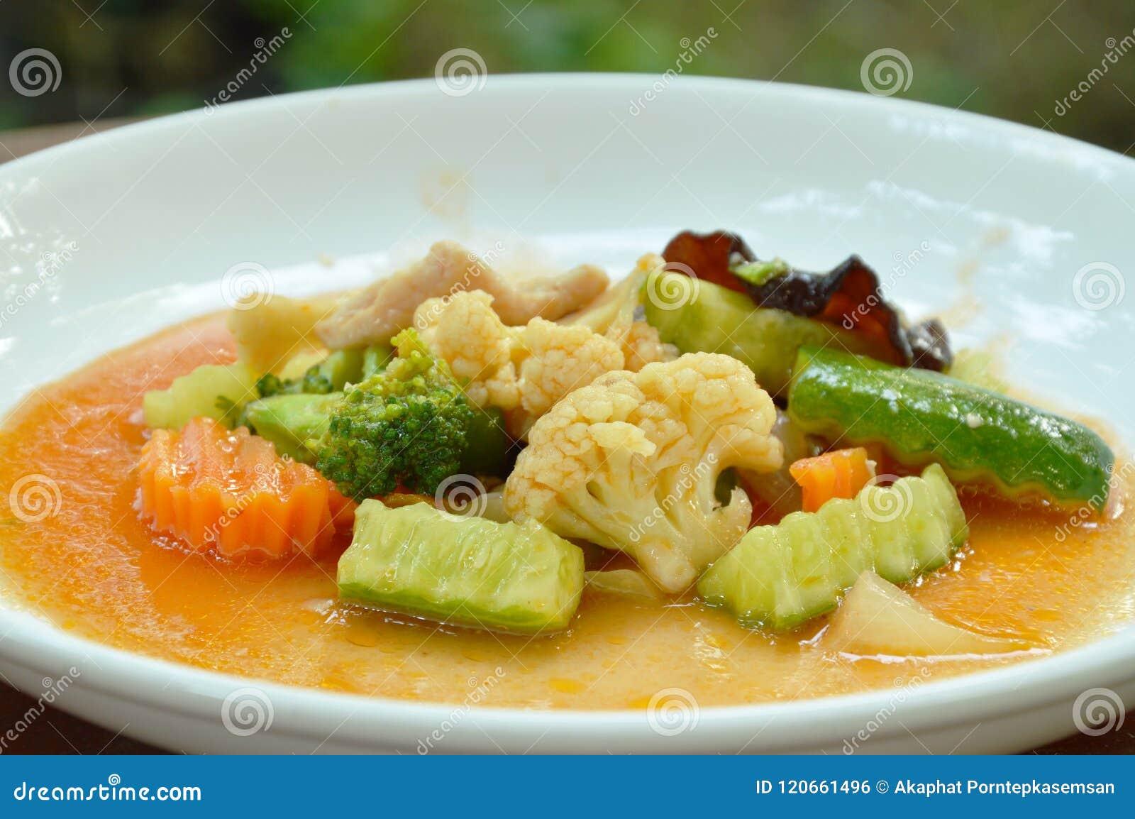 Ανακατώστε το τηγανισμένο μικτό λαχανικό με το χοιρινό κρέας στη γλυκόπικρη σάλτσα στο πιάτο