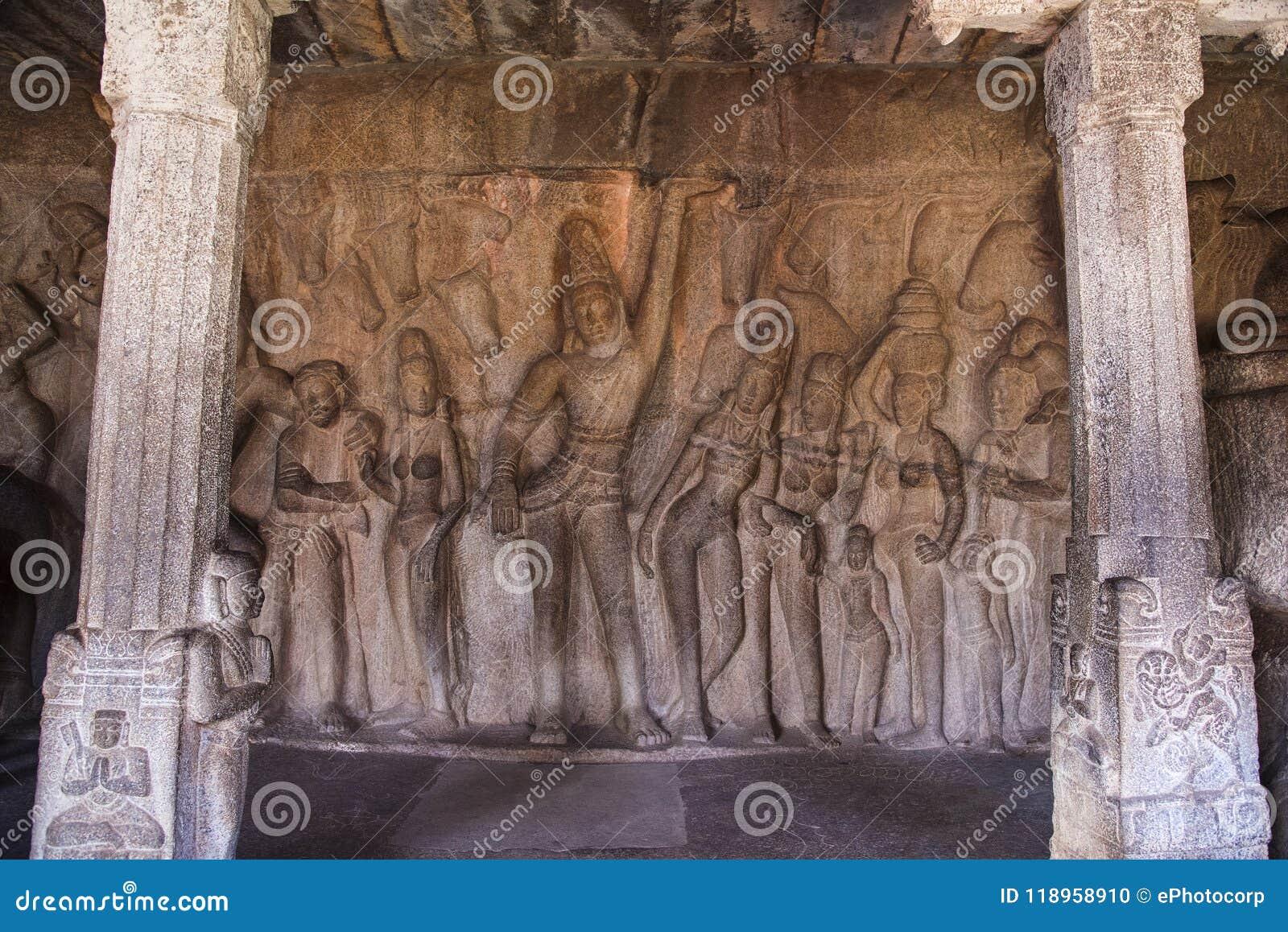 Ανακούφιση στο πρόσωπο βράχου Krishna που ανυψώνει το Hill Govardhan σε Krishna Mandapam, Mahabalipuram, Tamil Nadu