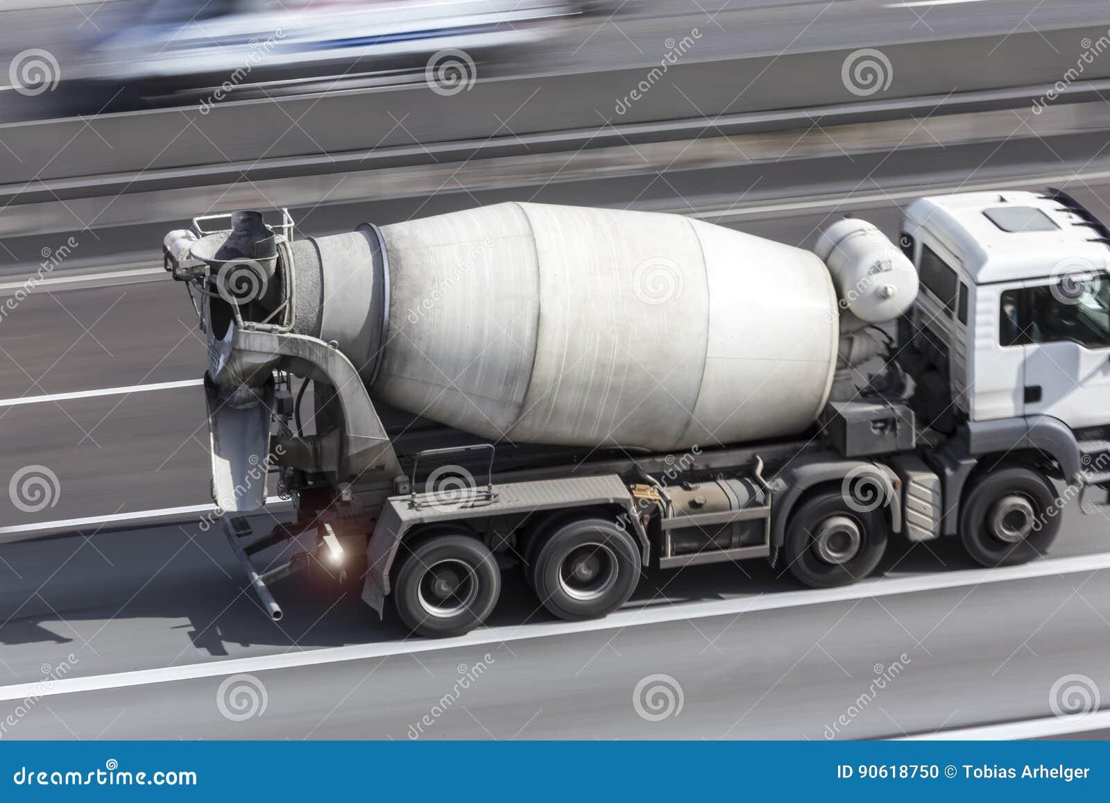 Αναμίκτης τσιμέντου σε μια εθνική οδό
