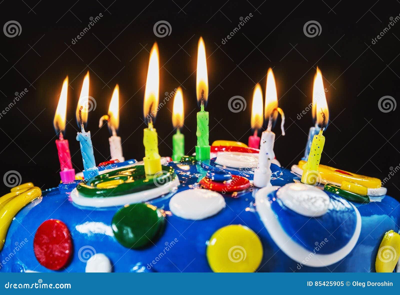 Αναμμένα κεριά σε ένα κέικ γενεθλίων