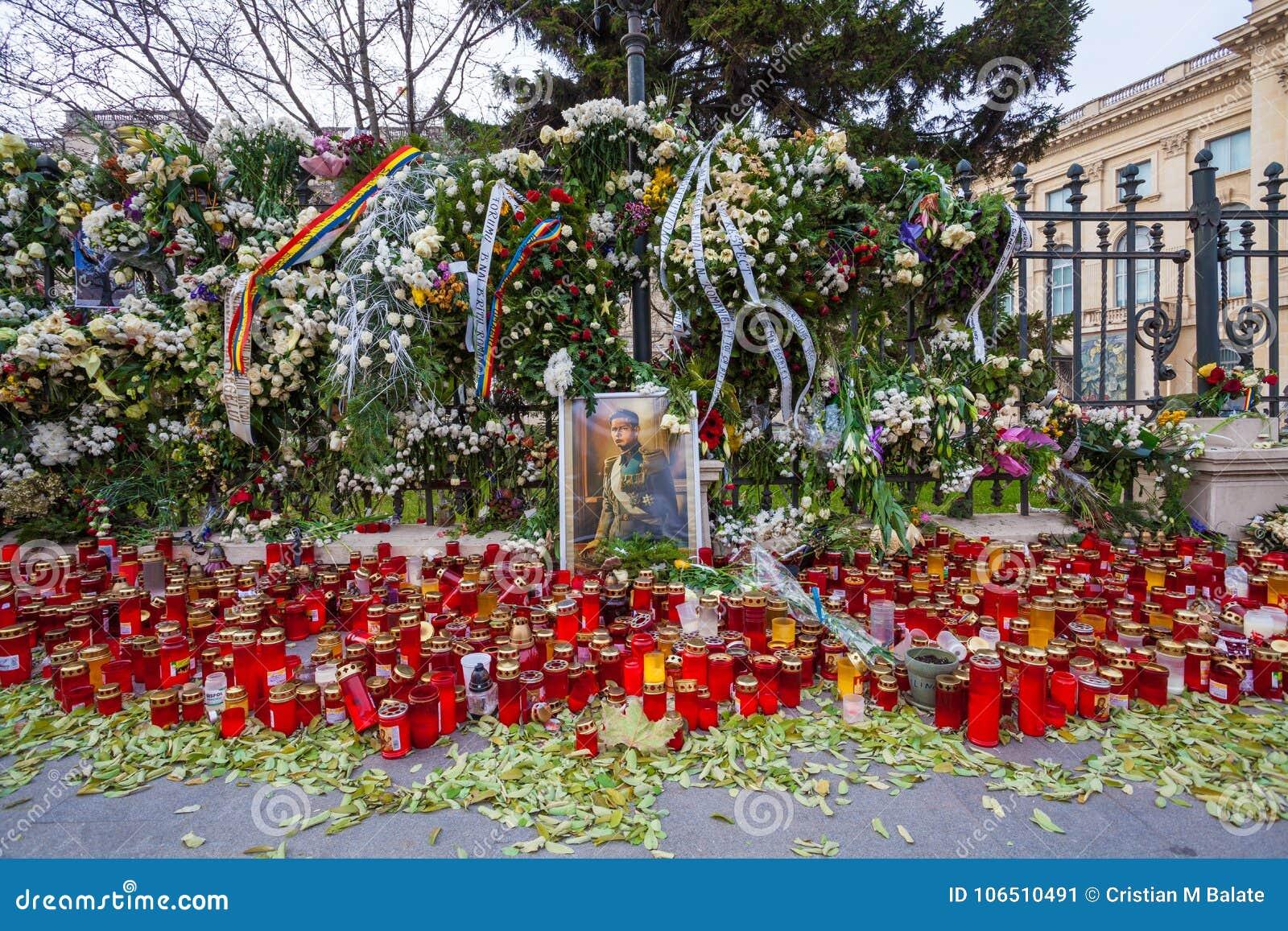 Αναμνηστικά κεριά μπροστά από το παλάτι Mihai, βασιλιάς της Ρουμανίας