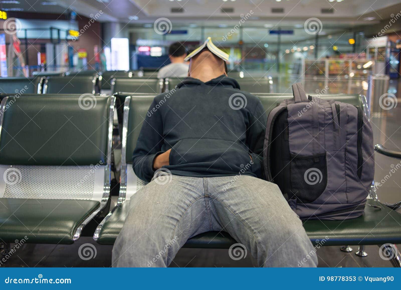 Αναμονή μια πτήση νύχτας στον αερολιμένα