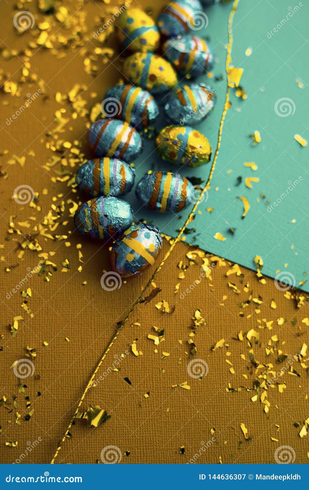 ανασκόπηση ζωηρόχρωμο Πάσχ&al Χρυσό κομφετί στα χρωματισμένα φύλλα Τοπ άποψη των ρυθμίσεων ντεκόρ