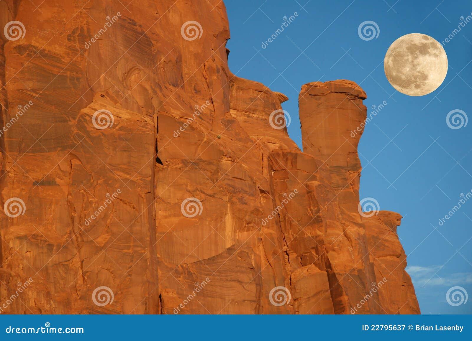 ανατολή του φεγγαριού μνημείων σχηματισμού του AR πέρα από την κοιλάδα βράχου