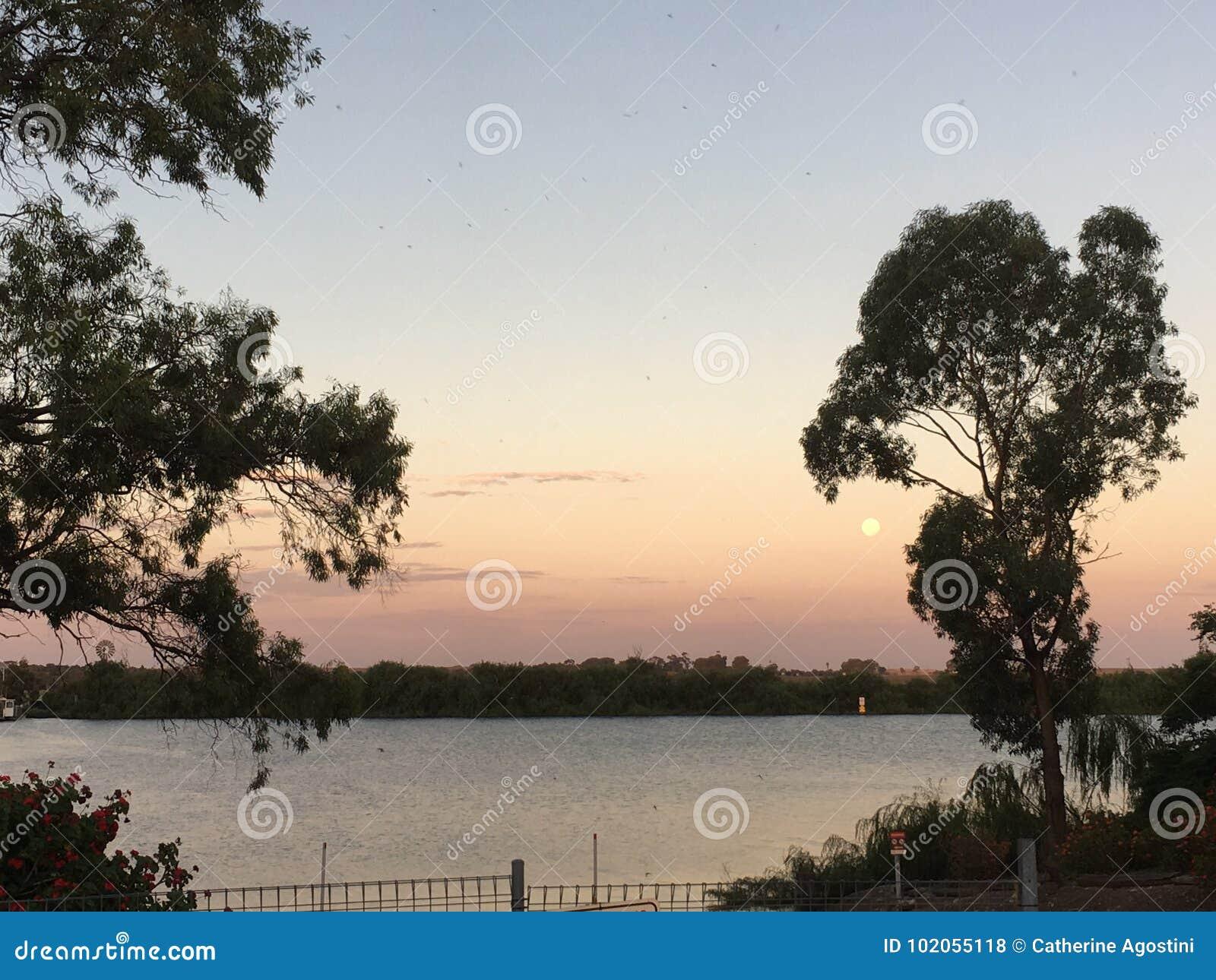 Ανατολή του φεγγαριού στον ποταμό Murray