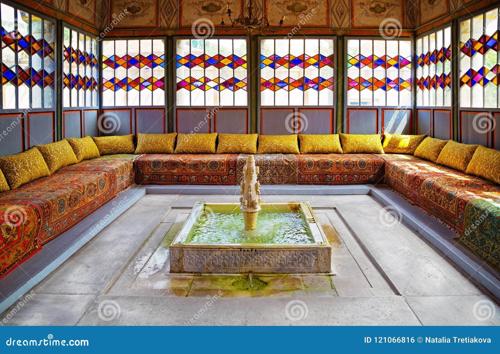 Ανατολικό παλαιό gazebo με μια πηγή στη μέση γύρω από τα WI καναπέδων