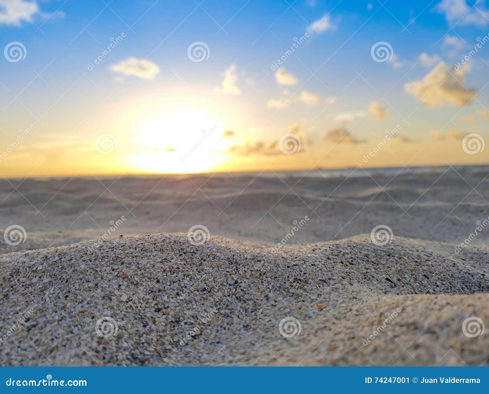 Ανατολή, άμμος, ήλιος, ωκεανός, μπλε ουρανός & σύννεφα παραλιών