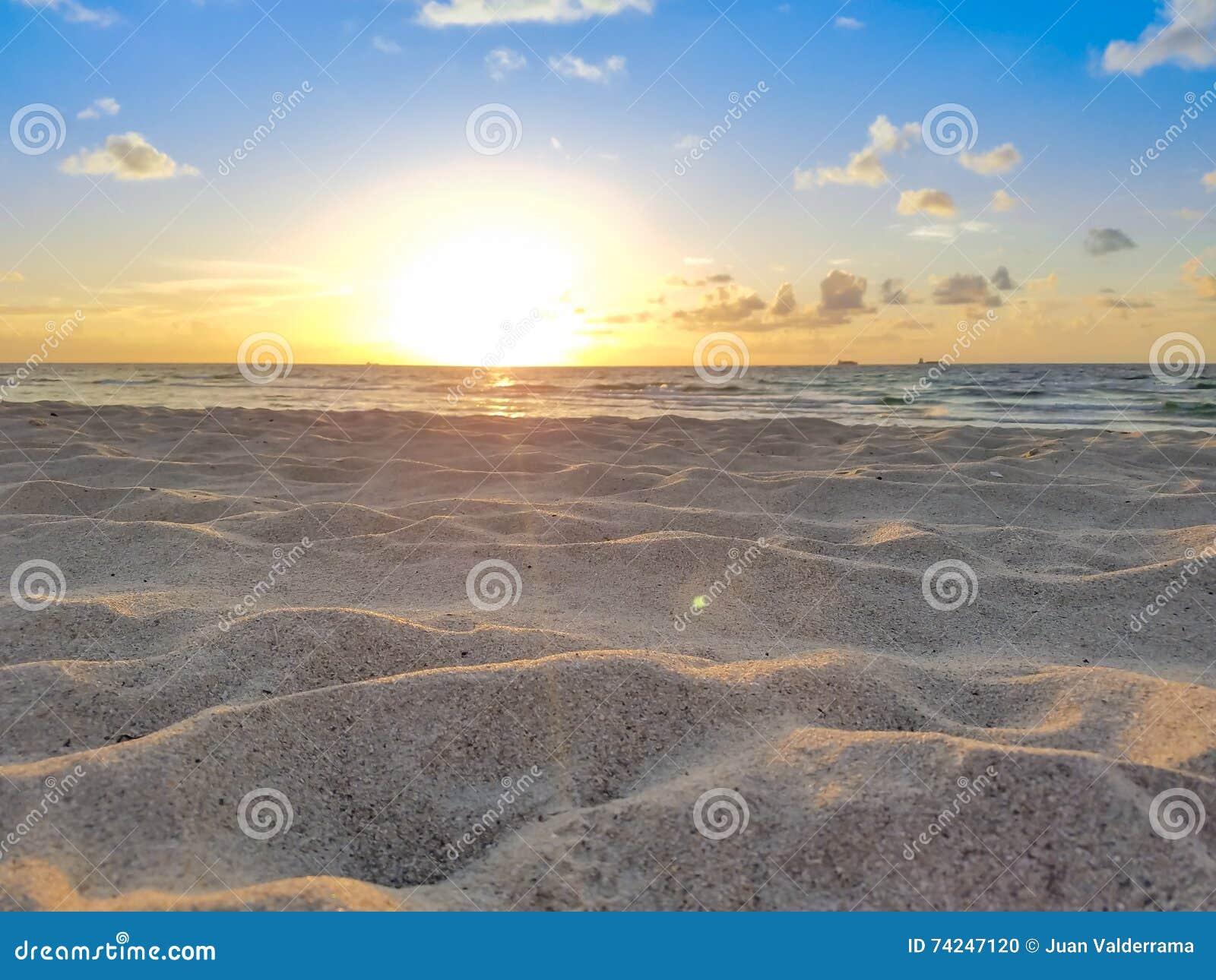 Ανατολή, ήλιος, άμμος, καλοκαίρι, ωκεανός & μπλε ουρανός παραλιών