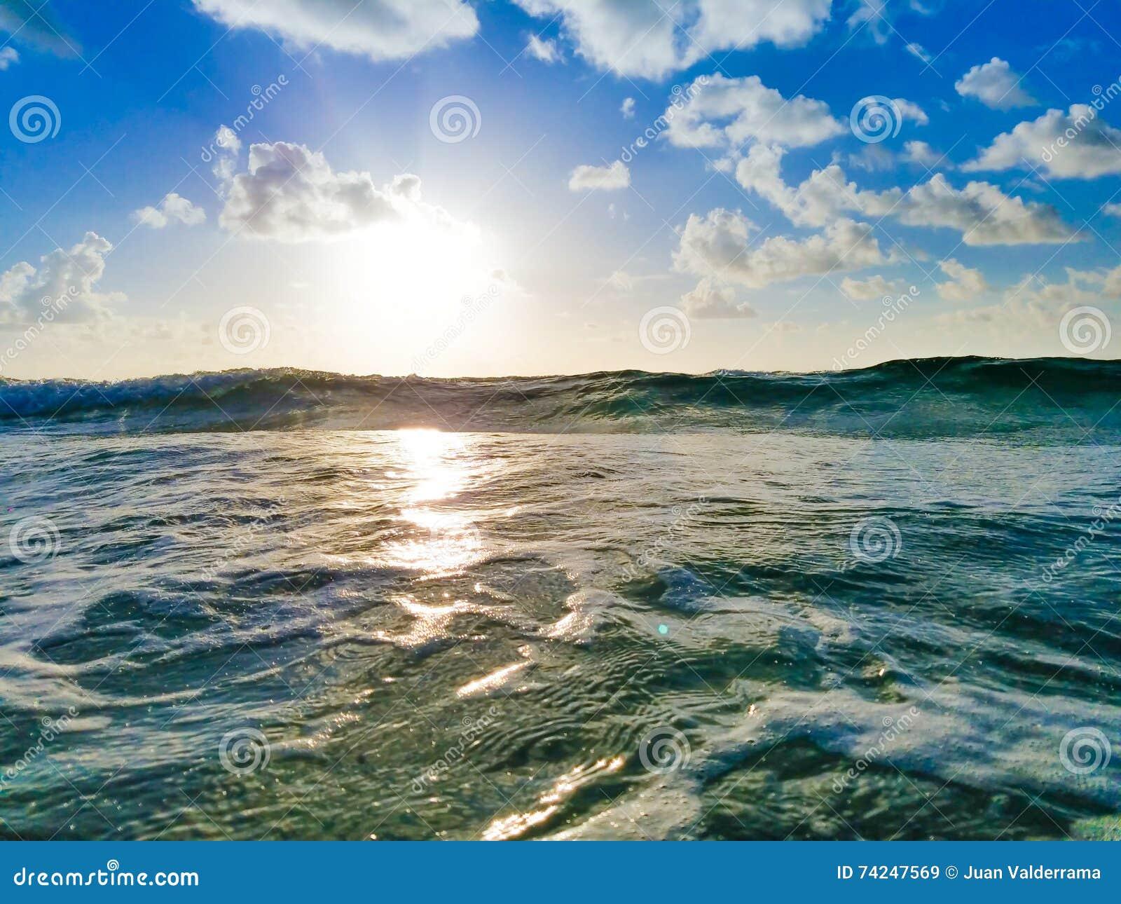 Ανατολή παραλιών, πράσινο ωκεάνιο κύμα, σύννεφα & μπλε ουρανός