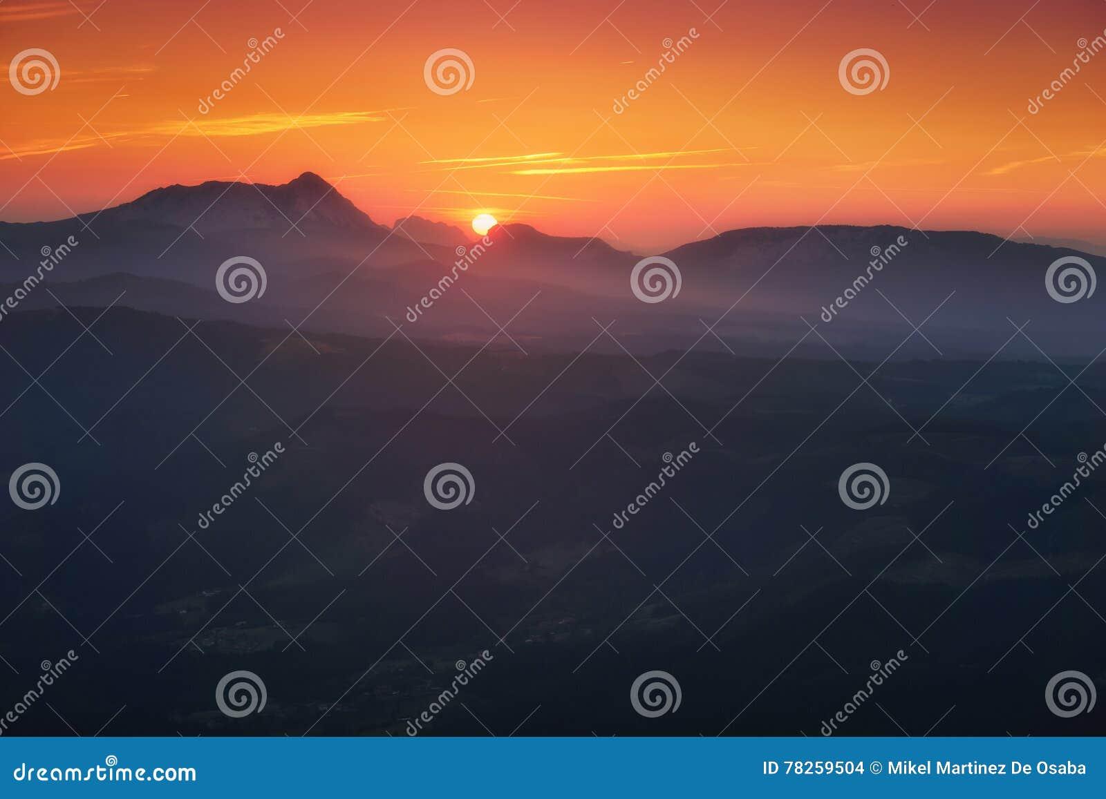 Ανατολή στο βουνό Anboto από Gorbea