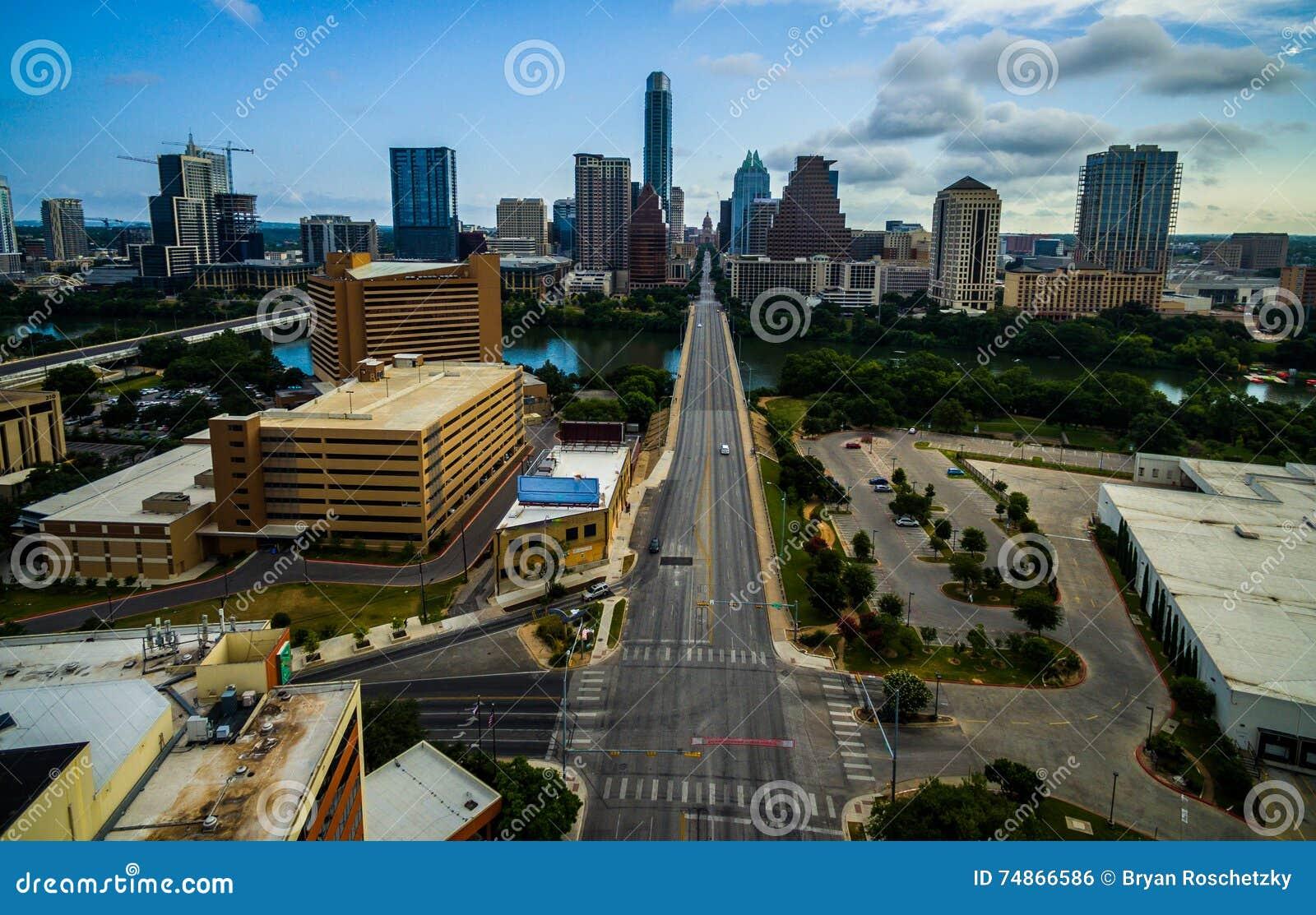 Ανατολή του Ώστιν Τέξας που κοιτάζει κάτω από τον πύργο τράπεζας παγετού λεωφόρων συνεδρίων και Τέξας Capitol κατά την άποψη