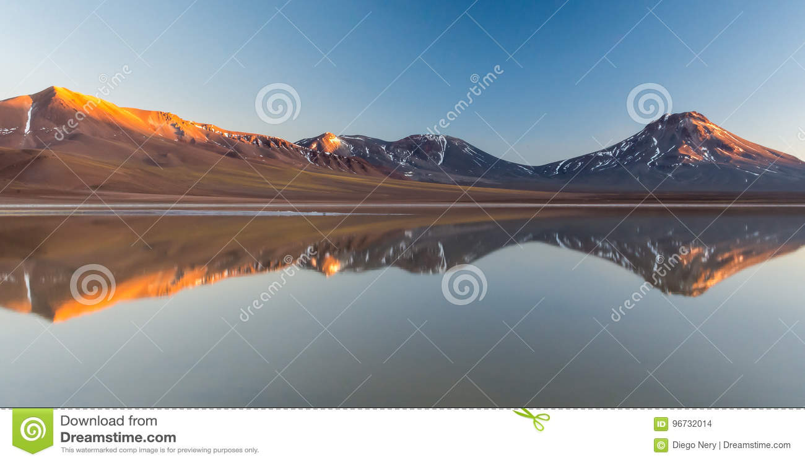 Ανατολή Laguna LejÃa, έρημος Atacama με το ηφαίστειο Laskar