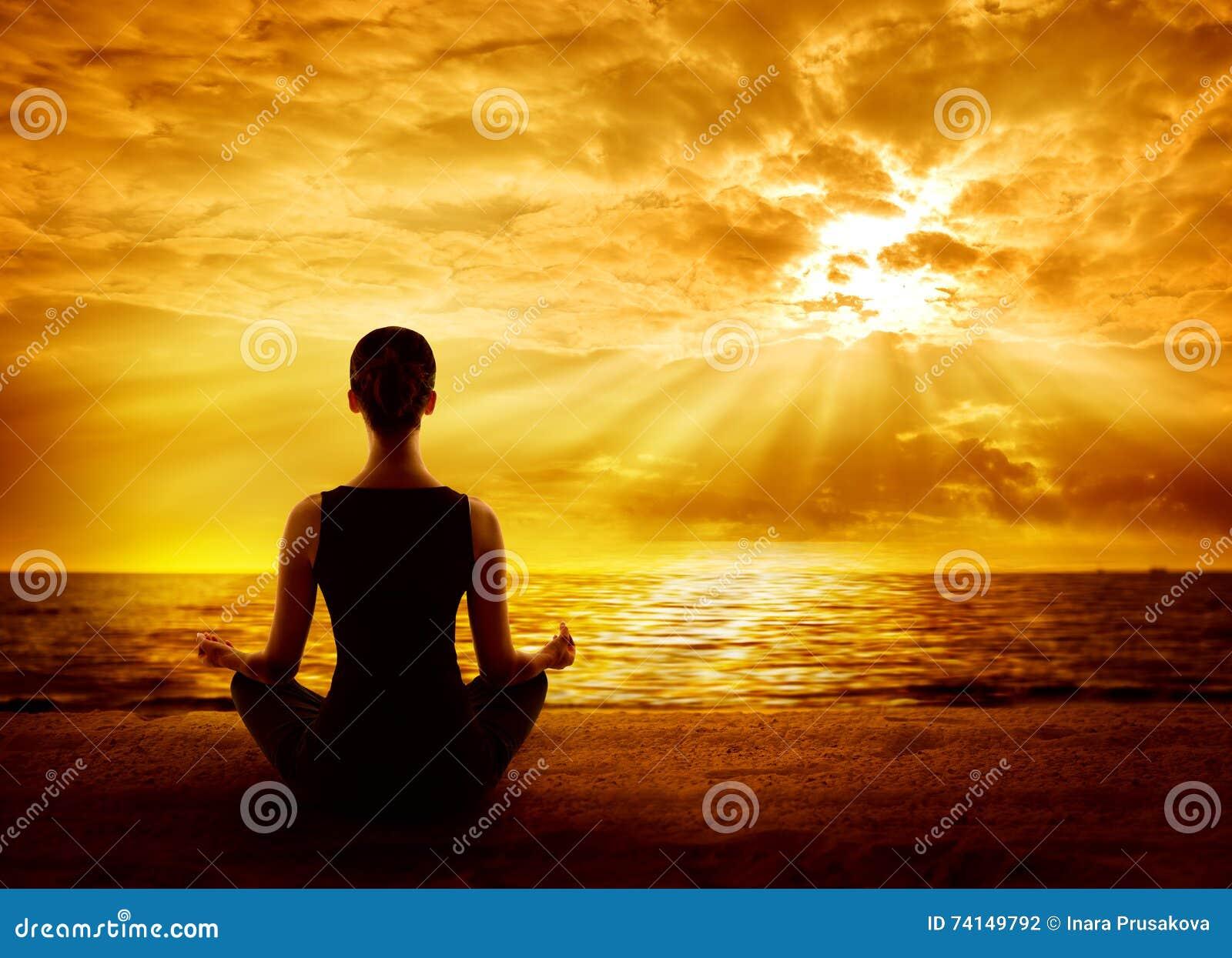 Ανατολή Meditating γιόγκας, περισυλλογή Mindfulness γυναικών στην παραλία