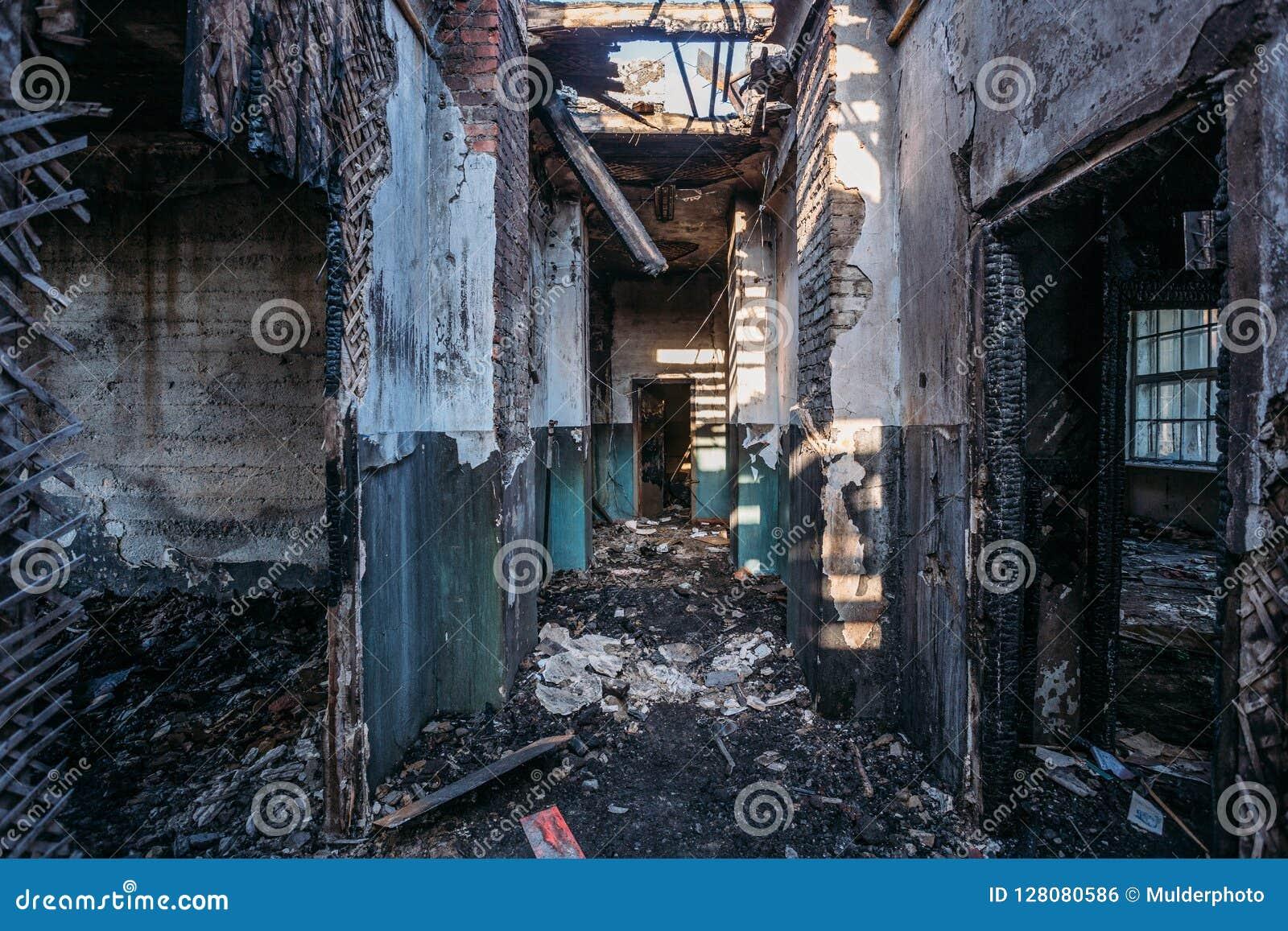 Ανατριχιαστικός διάδρομος του μμένου εγκαταλειμμένου κτηρίου Οροφή και στέγη