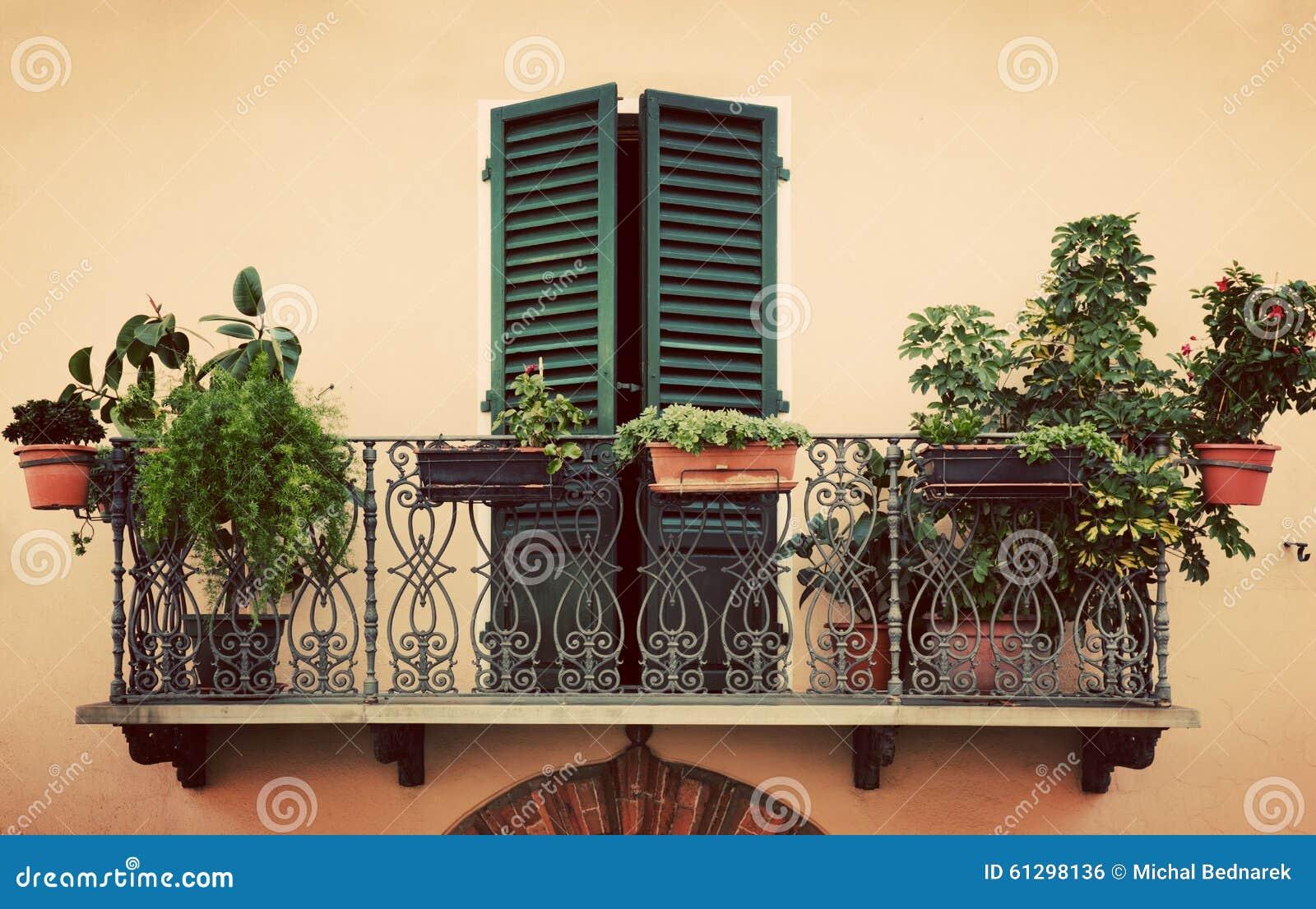 Αναδρομικό ρομαντικό μπαλκόνι Παράθυρο με το πράσινο παραθυρόφυλλο Εκλεκτής ποιότητας Ιταλία, Pienza στην Τοσκάνη