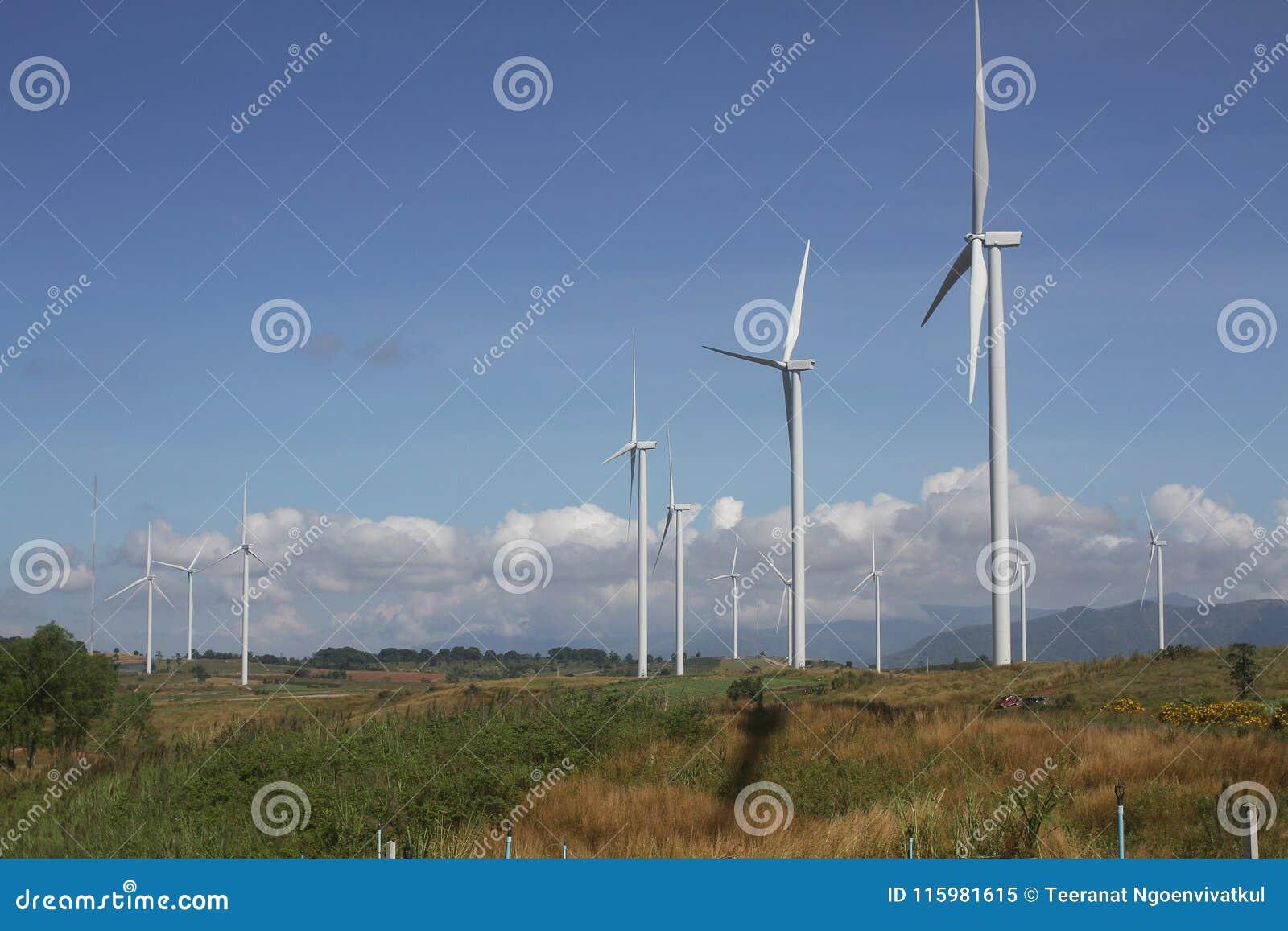 Ανεμοστρόβιλος στο σαφή μπλε ουρανό, ανανεώσιμη ενέργεια ηλεκτρικής ενέργειας, βιώσιμη έννοια ανάπτυξης δύναμης συντήρησης στον π
