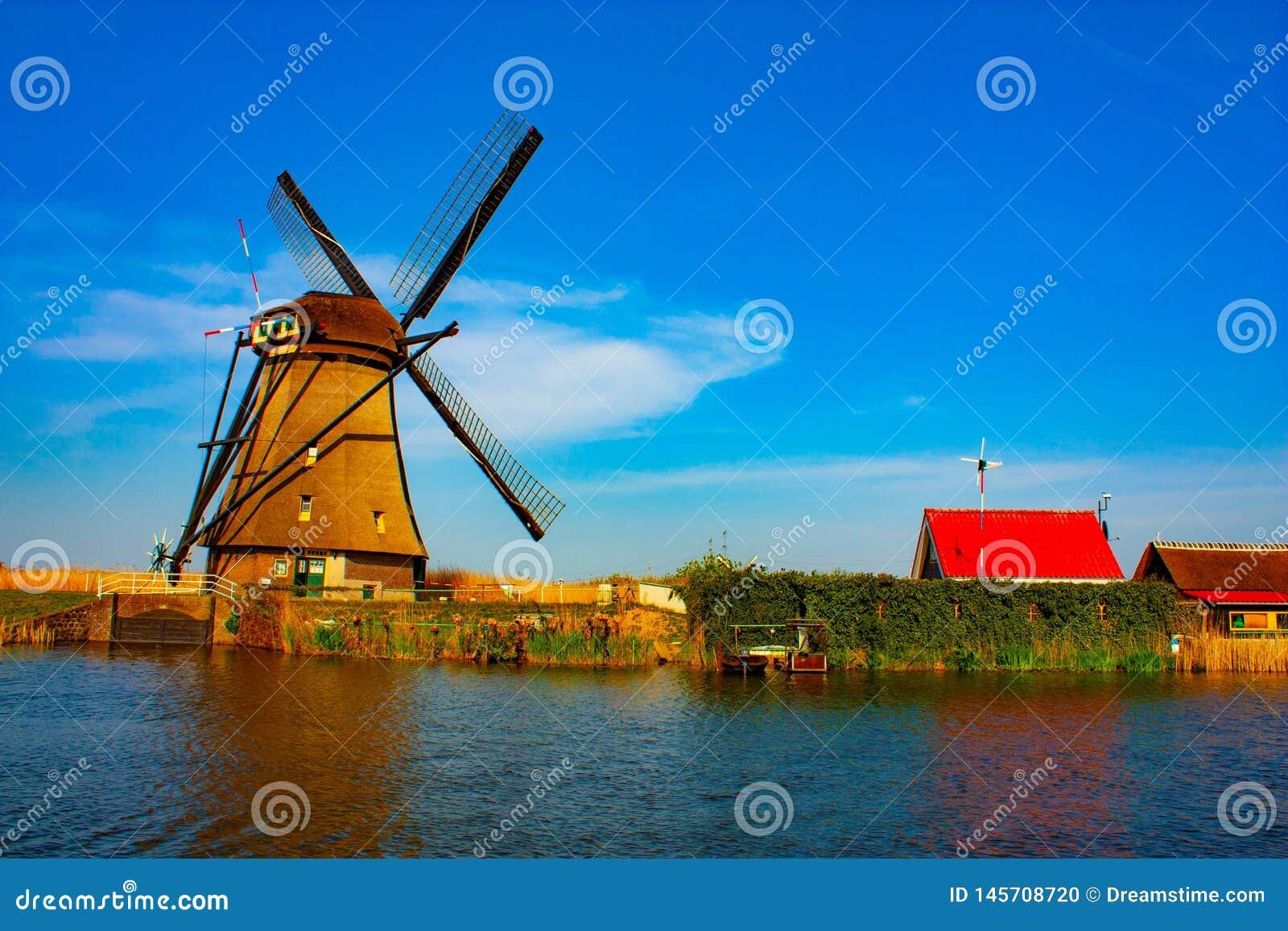 Ανεμόμυλος σε Kinderdijk - όμορφη ηλιόλουστη ημέρα