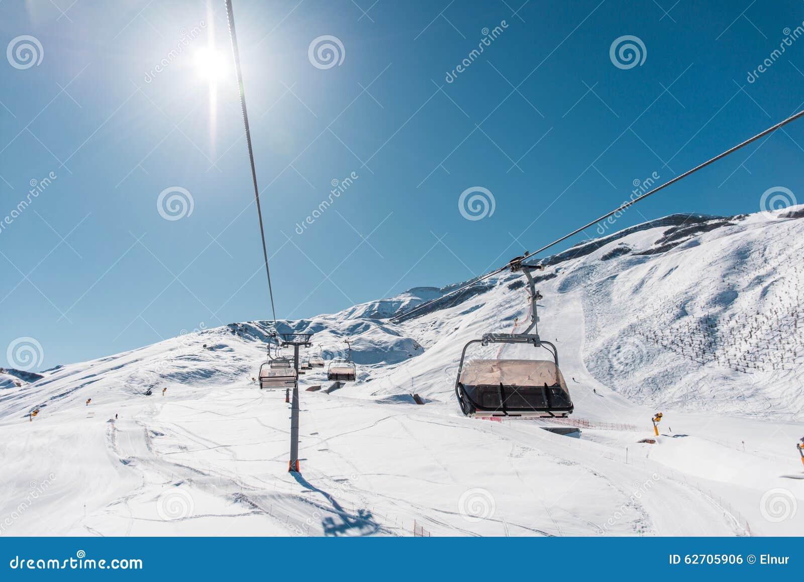 Ανελκυστήρες κατά τη διάρκεια της φωτεινής χειμερινής ημέρας