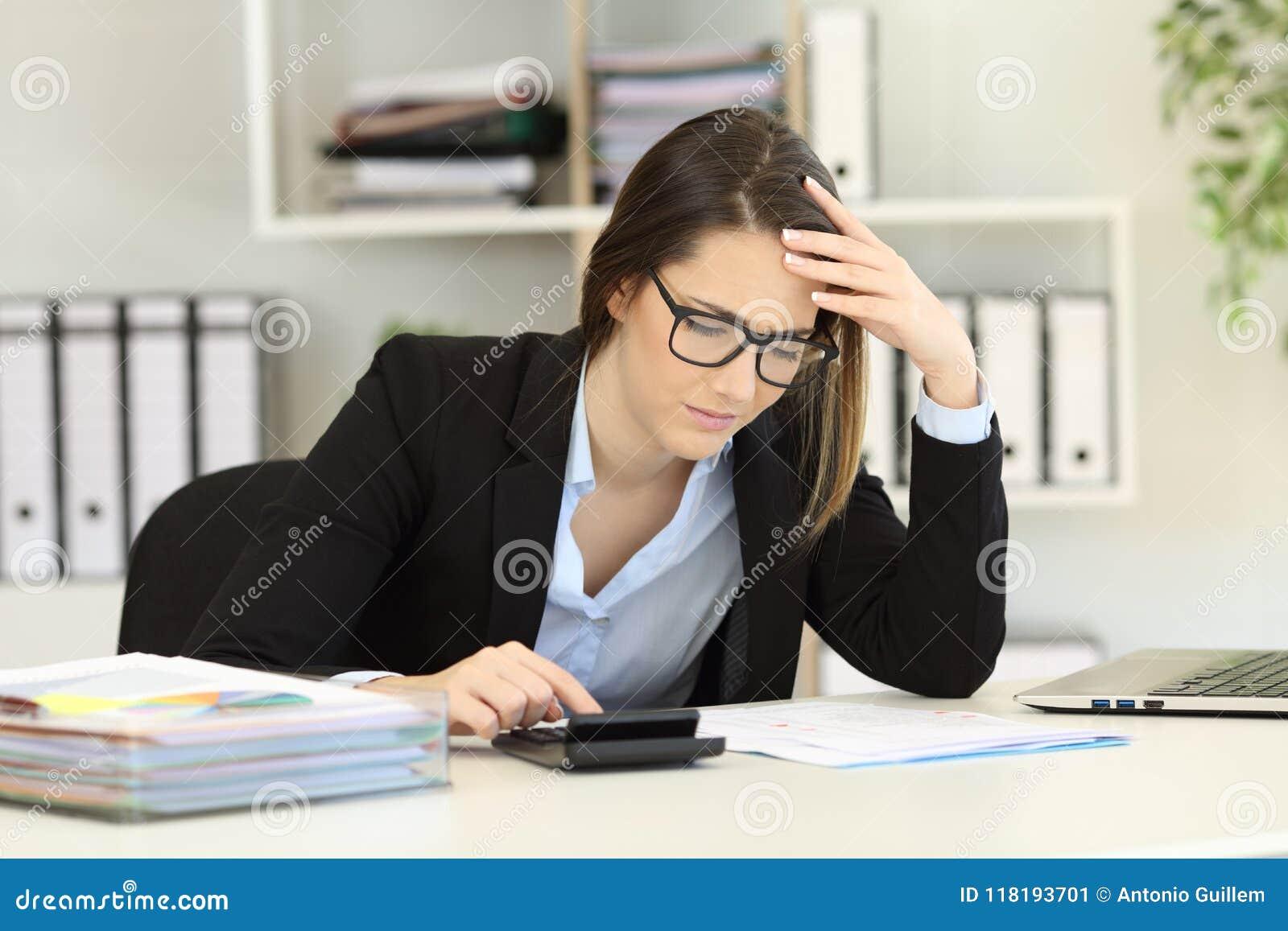 Ανησυχημένες δαπάνες υπολογισμού λογιστών στο γραφείο