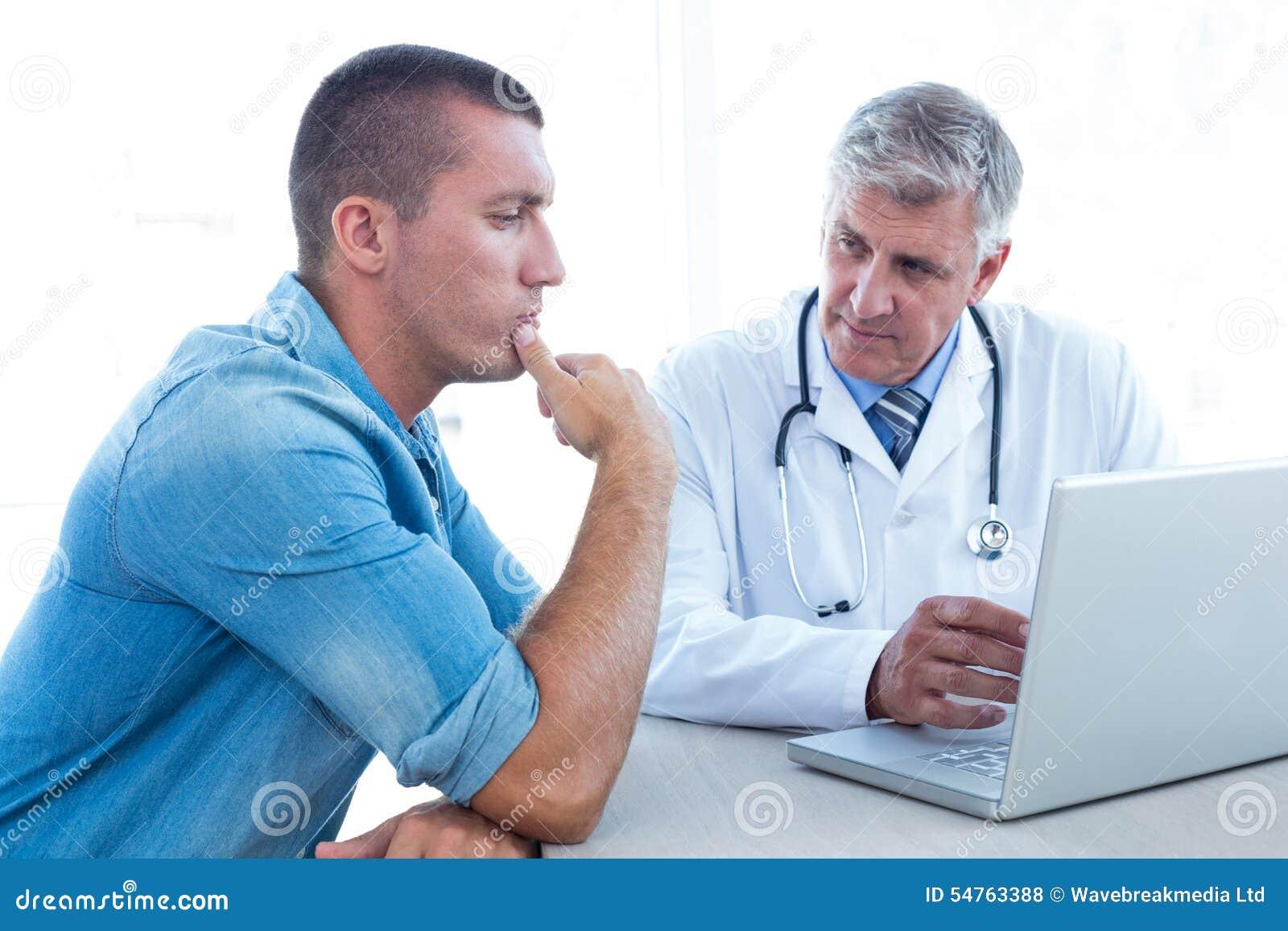 Ανησυχημένος ασθενής με το γιατρό του