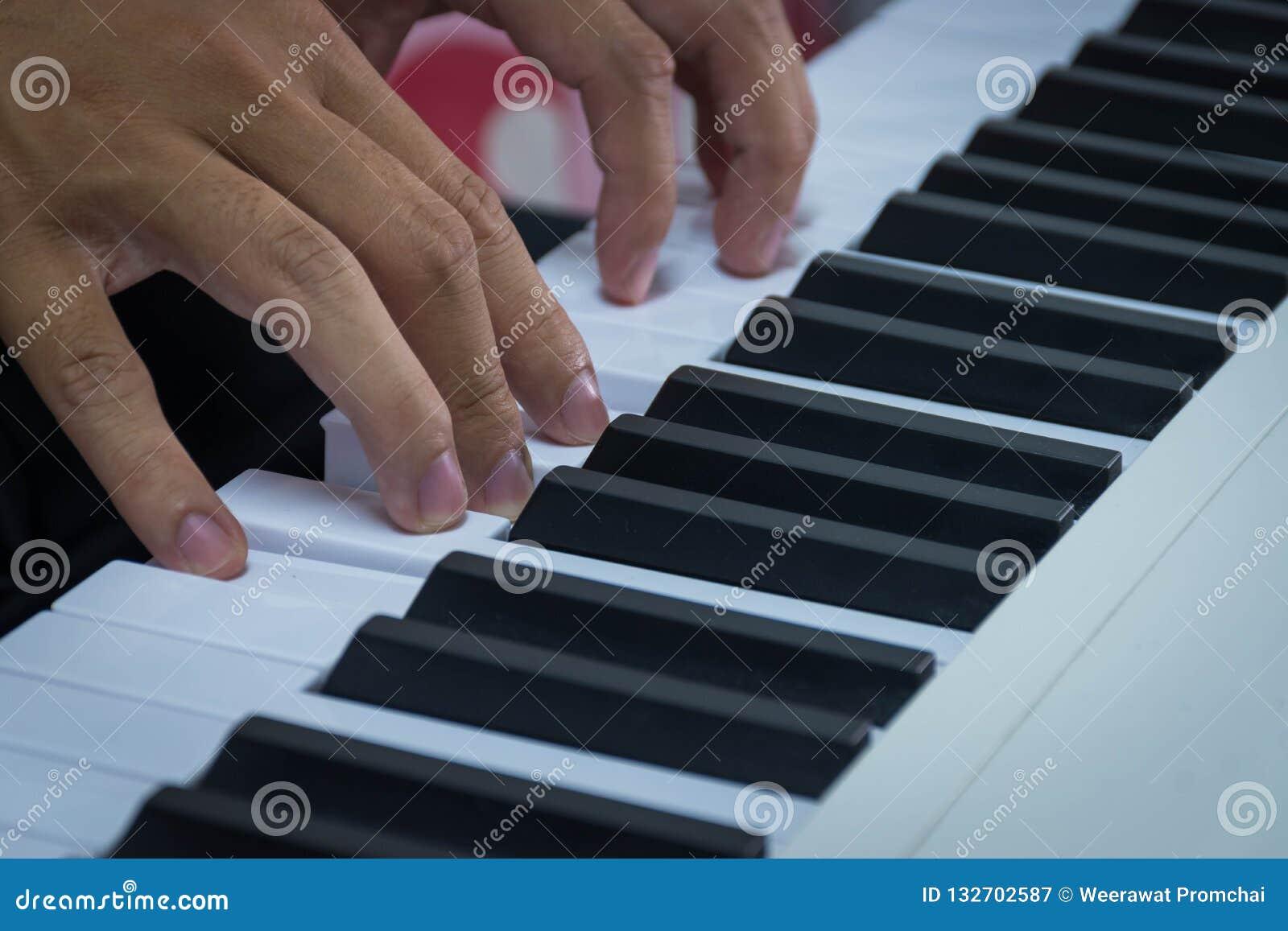 Ανθρώπινα χέρια στο πληκτρολόγιο του πιάνου