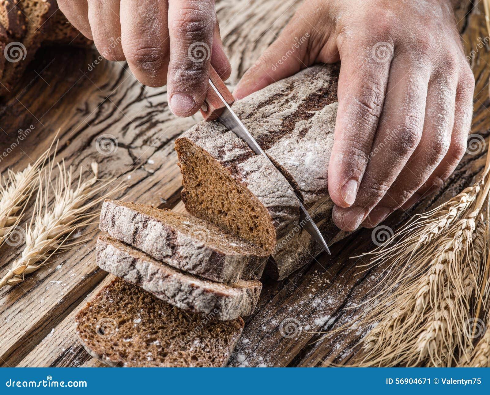 Ανθρώπινο τεμαχισμένο χέρια ψωμί