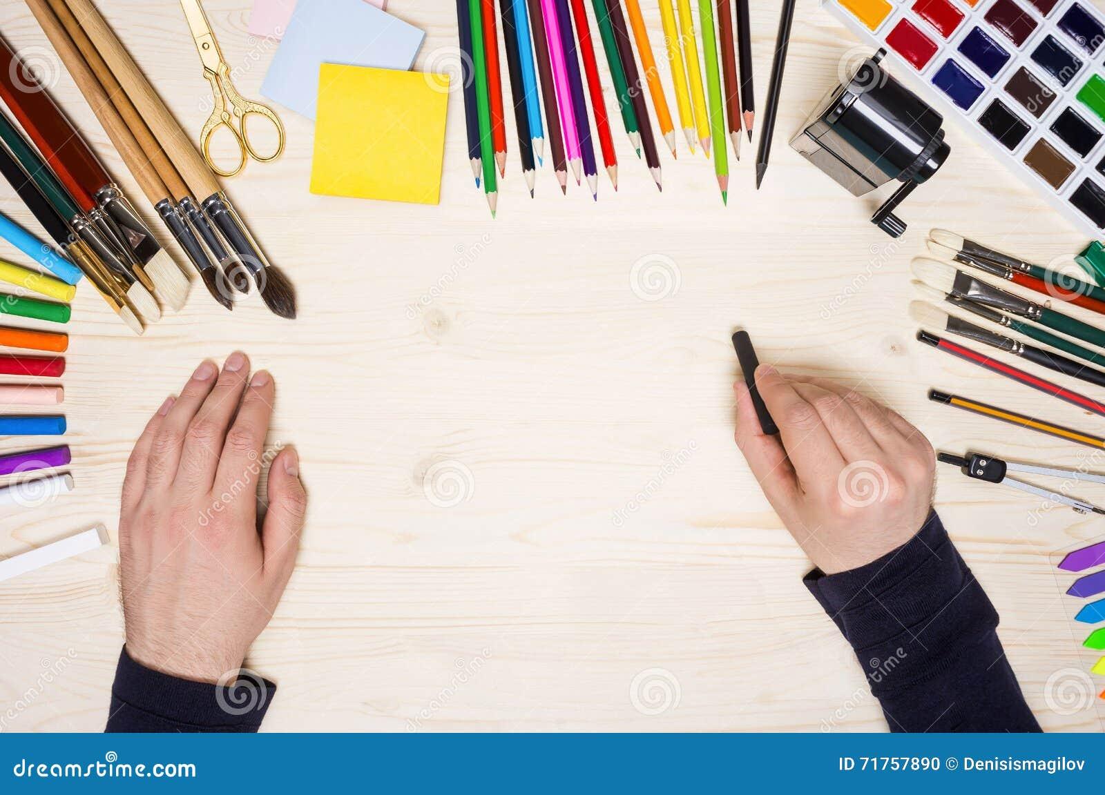 Ανθρώπινο χέρι με τη μαύρη κιμωλία