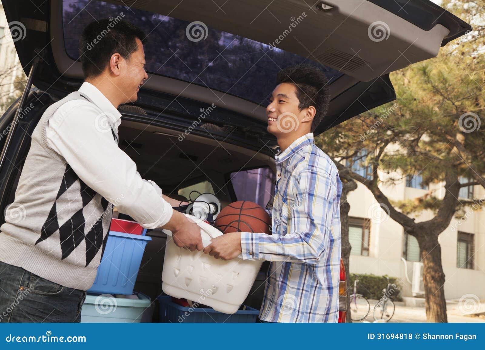 Ανοίγοντας αυτοκίνητο πατέρων και γιων για το κολλέγιο
