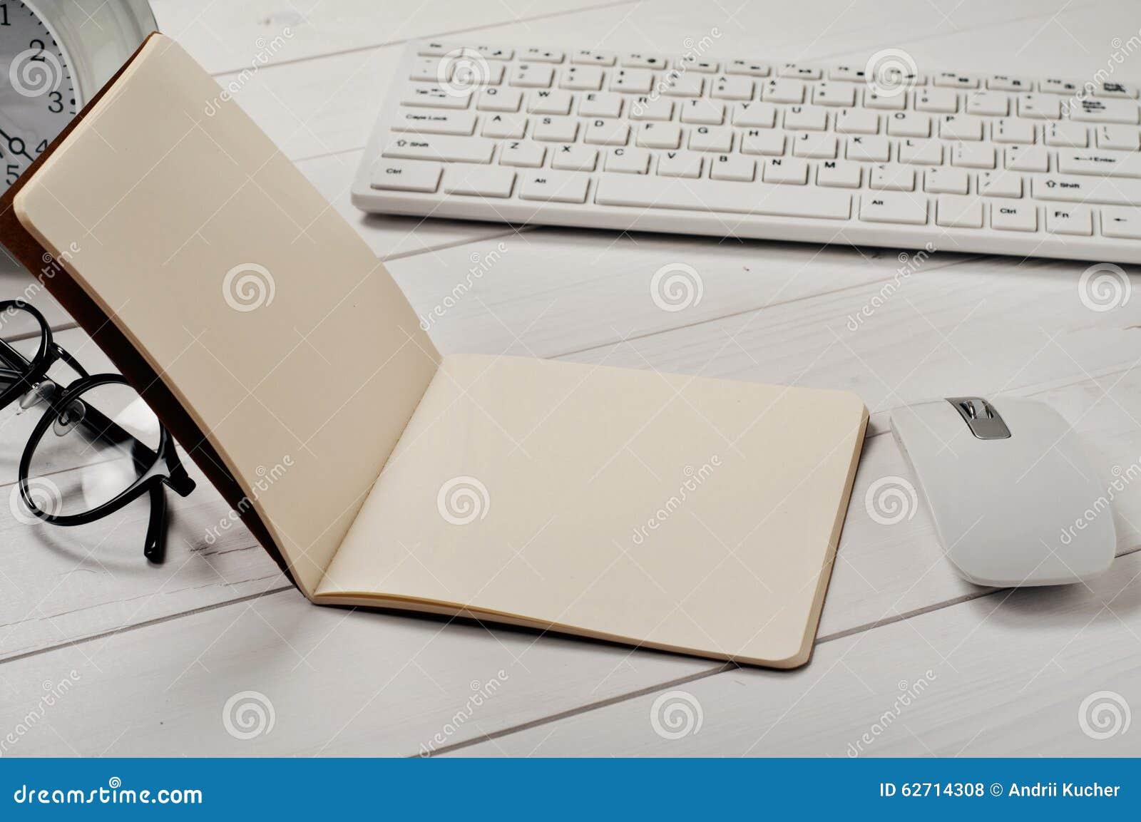 Ανοικτή κινηματογράφηση σε πρώτο πλάνο σημειωματάριων με τις κενές σελίδες στον πίνακα γραφείων