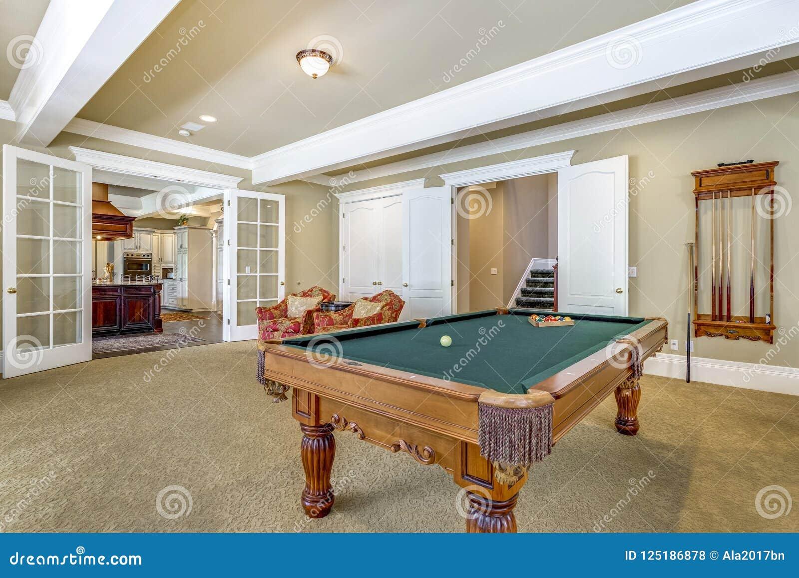 Ανοικτό καφέ δωμάτιο παιχνιδιών με τον πίνακα μπιλιάρδου