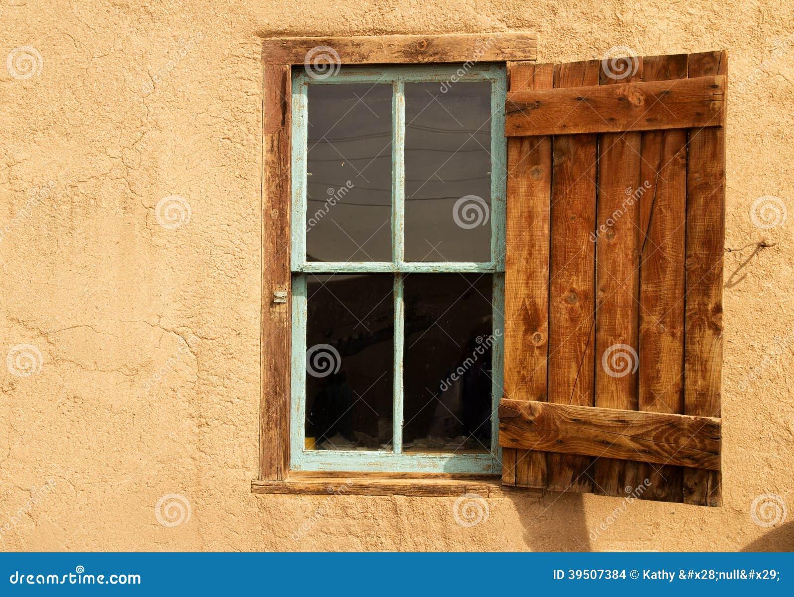 Ανοικτό παραθυρόφυλλο σε ένα παράθυρο