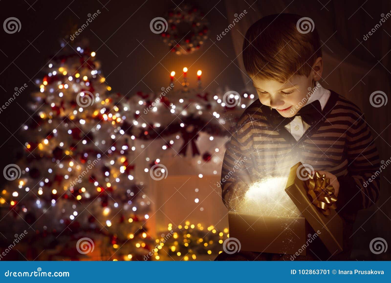Ανοικτό παρόν κιβώτιο δώρων παιδιών Χριστουγέννων, ευτυχές παιδί που ανοίγει Giftbox