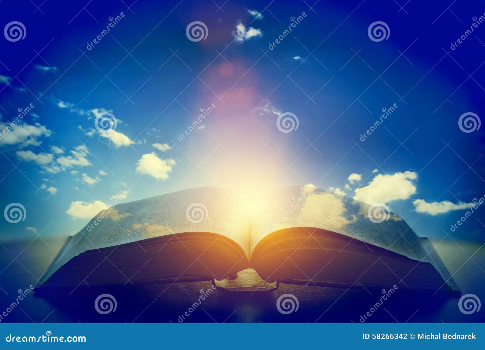 Ανοικτό παλαιό βιβλίο, φως από τον ουρανό, ουρανός Εκπαίδευση, έννοια θρησκείας