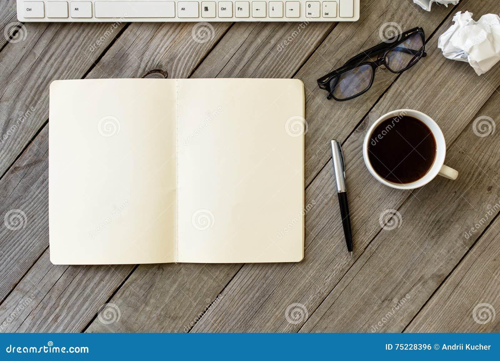 Ανοικτό σημειωματάριο με τις κενές σελίδες