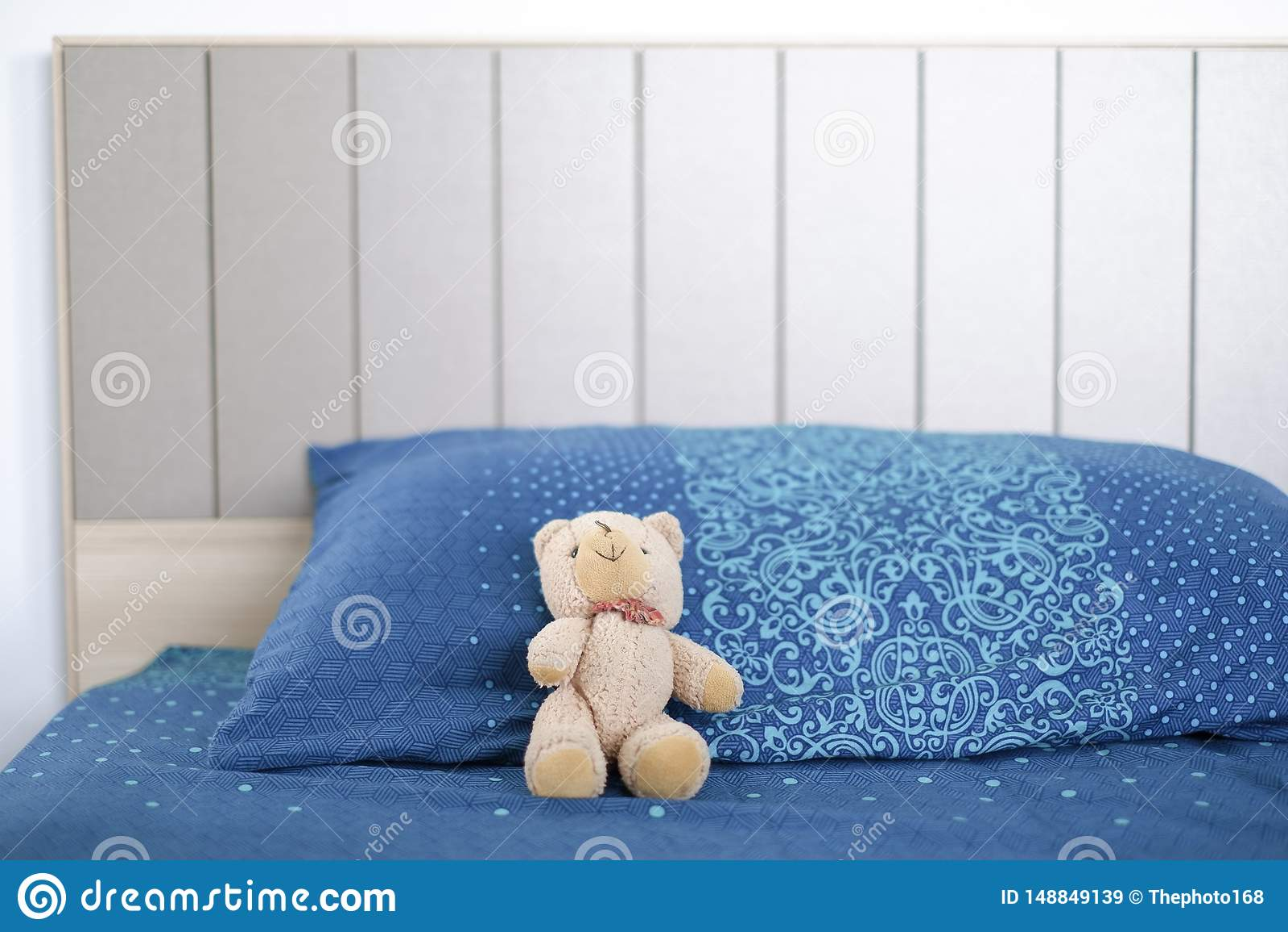 Αντέξτε την κούκλα κοιμάται μόνο στο κρεβάτι
