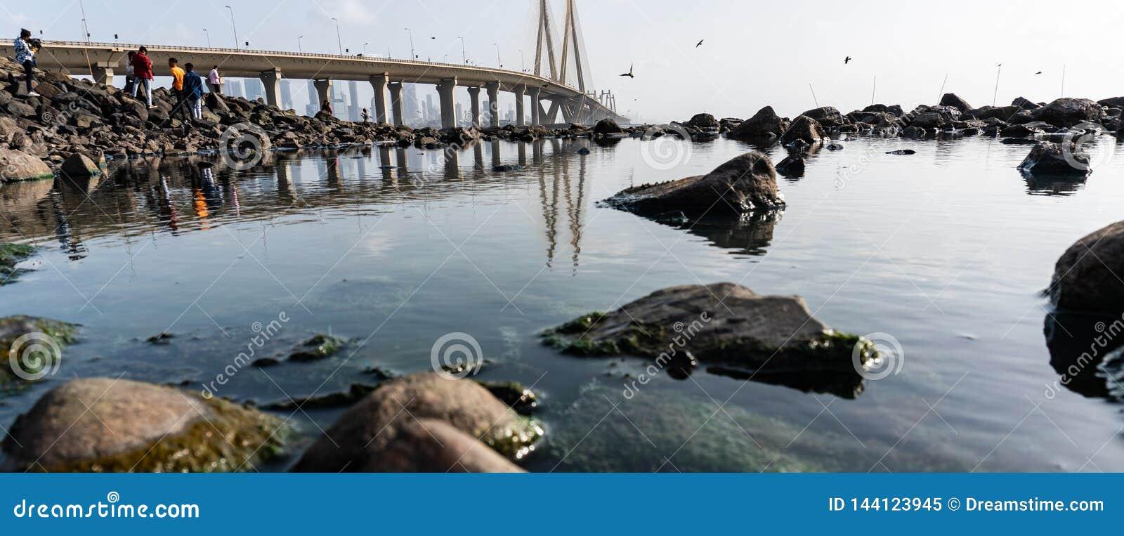 Αντανάκλαση της γέφυρας στο νερό