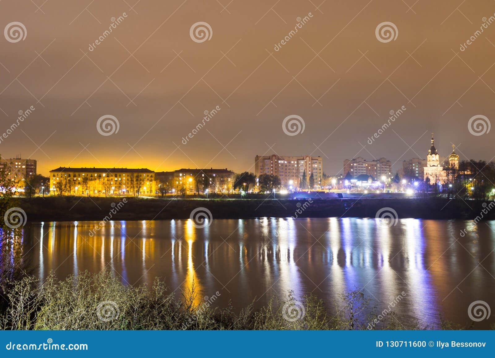 Αντανάκλαση της πόλης με τα φω τα νύχτας στη λίμνη