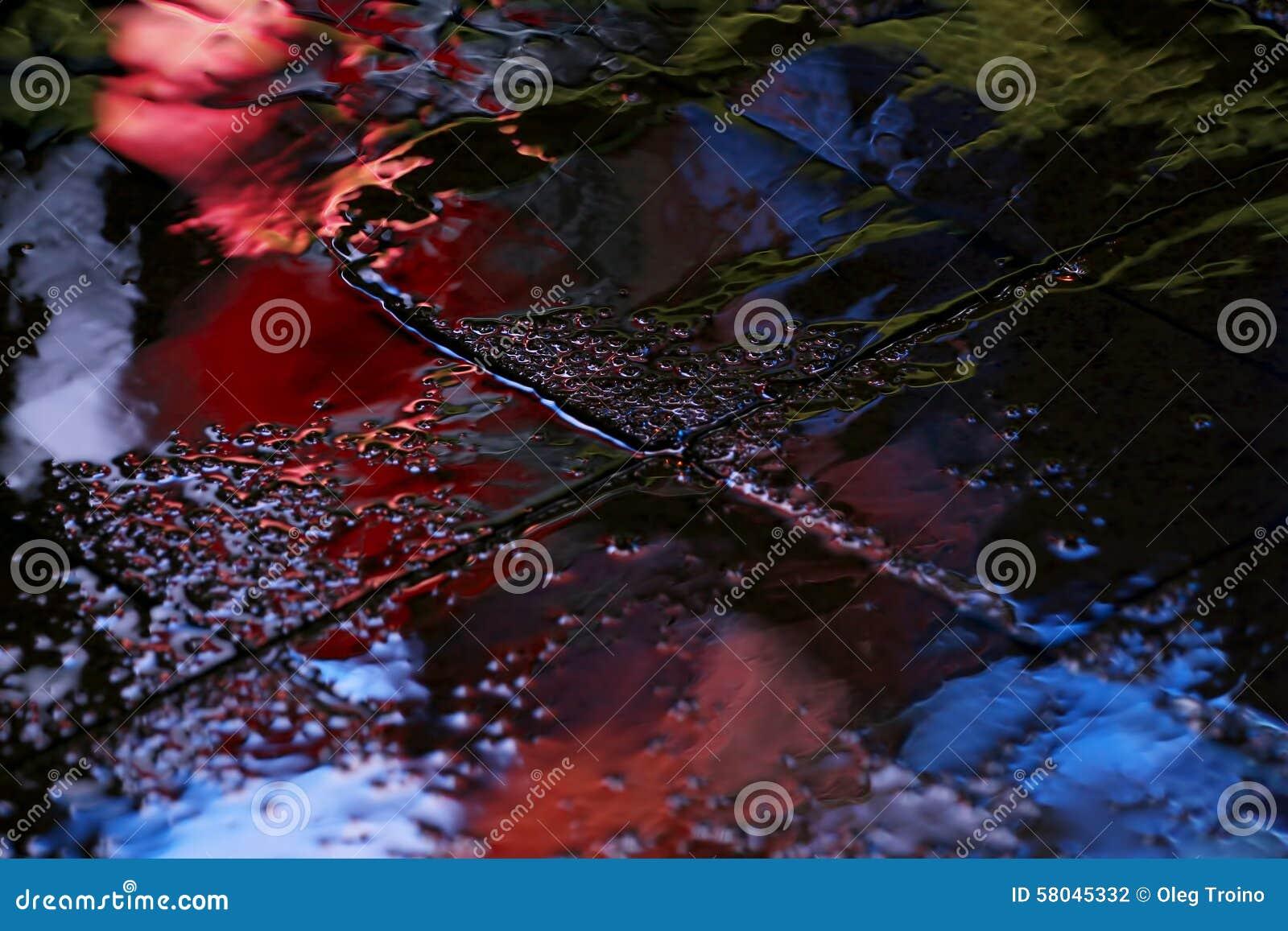 Αντανάκλαση σε μια λακκούβα μετά από τη διαφήμιση βροχής