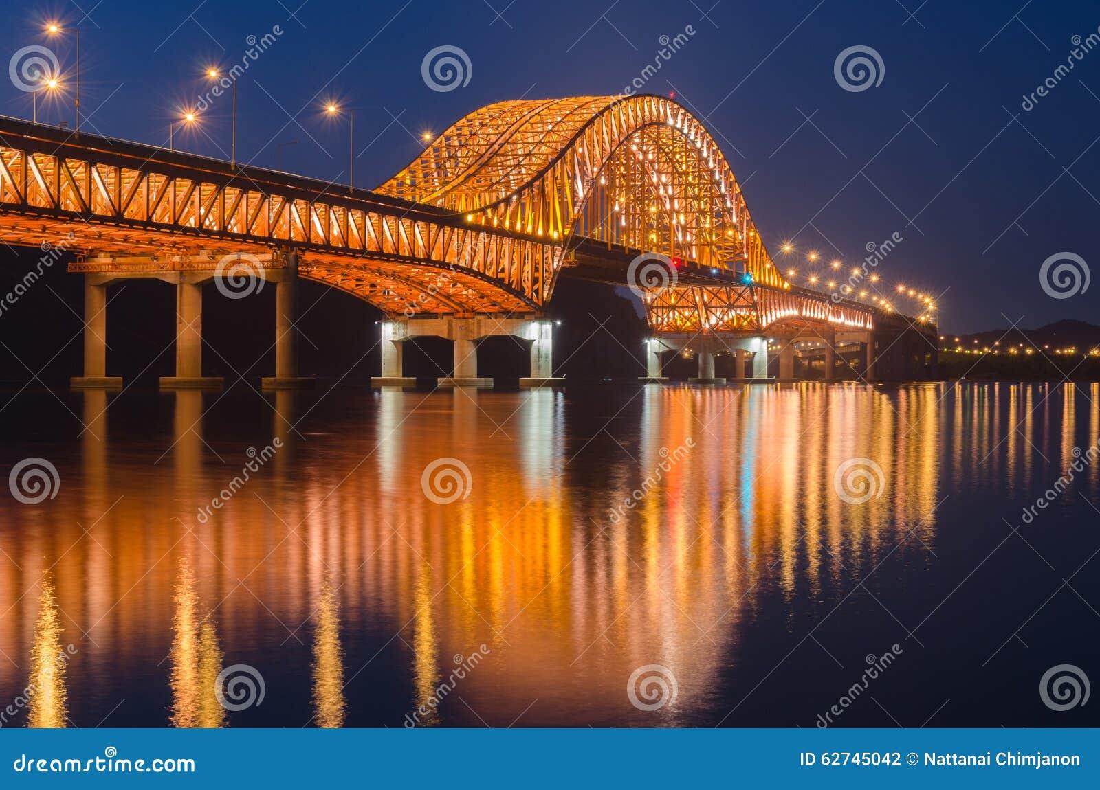 Αντανάκλαση της γέφυρας Banghwa τη νύχτα στη Σεούλ, Κορέα