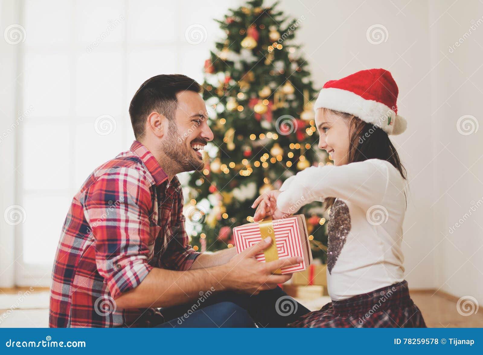 Ανταλλάσσοντας και ανοίγοντας χριστουγεννιάτικα δώρα πατέρων και κορών
