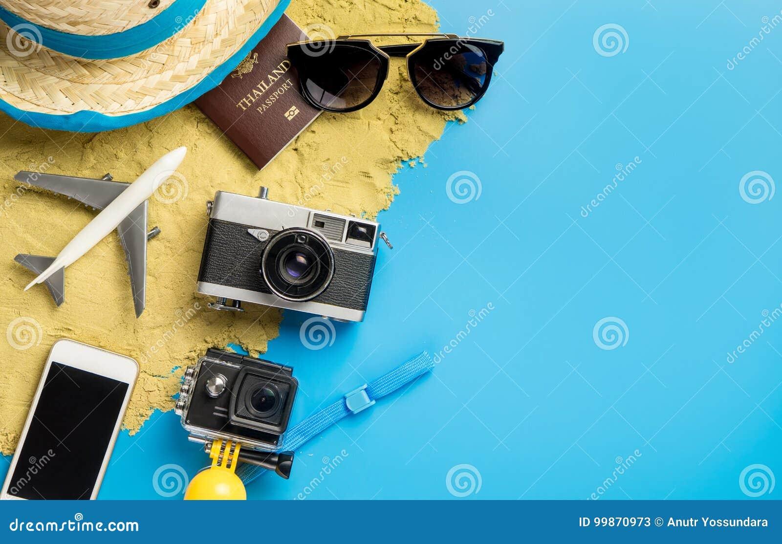 Αντικείμενο και συσκευές ταξιδιού παραλιών για τον ταξιδιώτη διακοπών στο μπλε διάστημα αντιγράφων