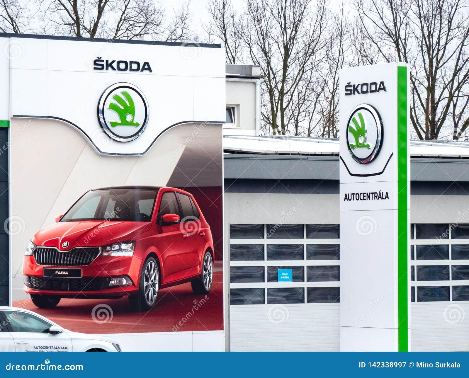 Αντιπρόσωπος ενός τσεχικού αυτόματου εμπορικού σήματος Skoda στην Οστράβα με τα λογότυπα επιχείρησης και ένα μεγάλο έμβλημα της F