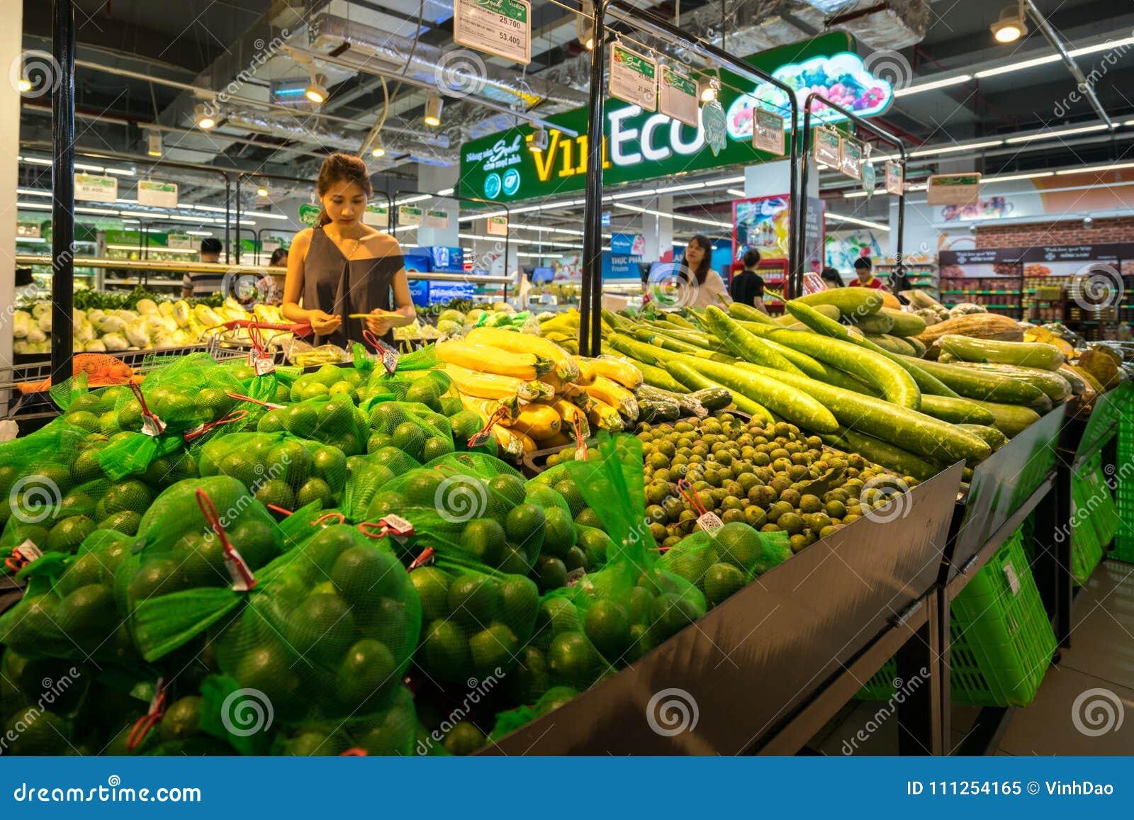 Ανόι, Βιετνάμ - 10 Ιουλίου 2017: Οργανικά λαχανικά στο ράφι στην υπεραγορά Vinmart, οδός Minh Khai