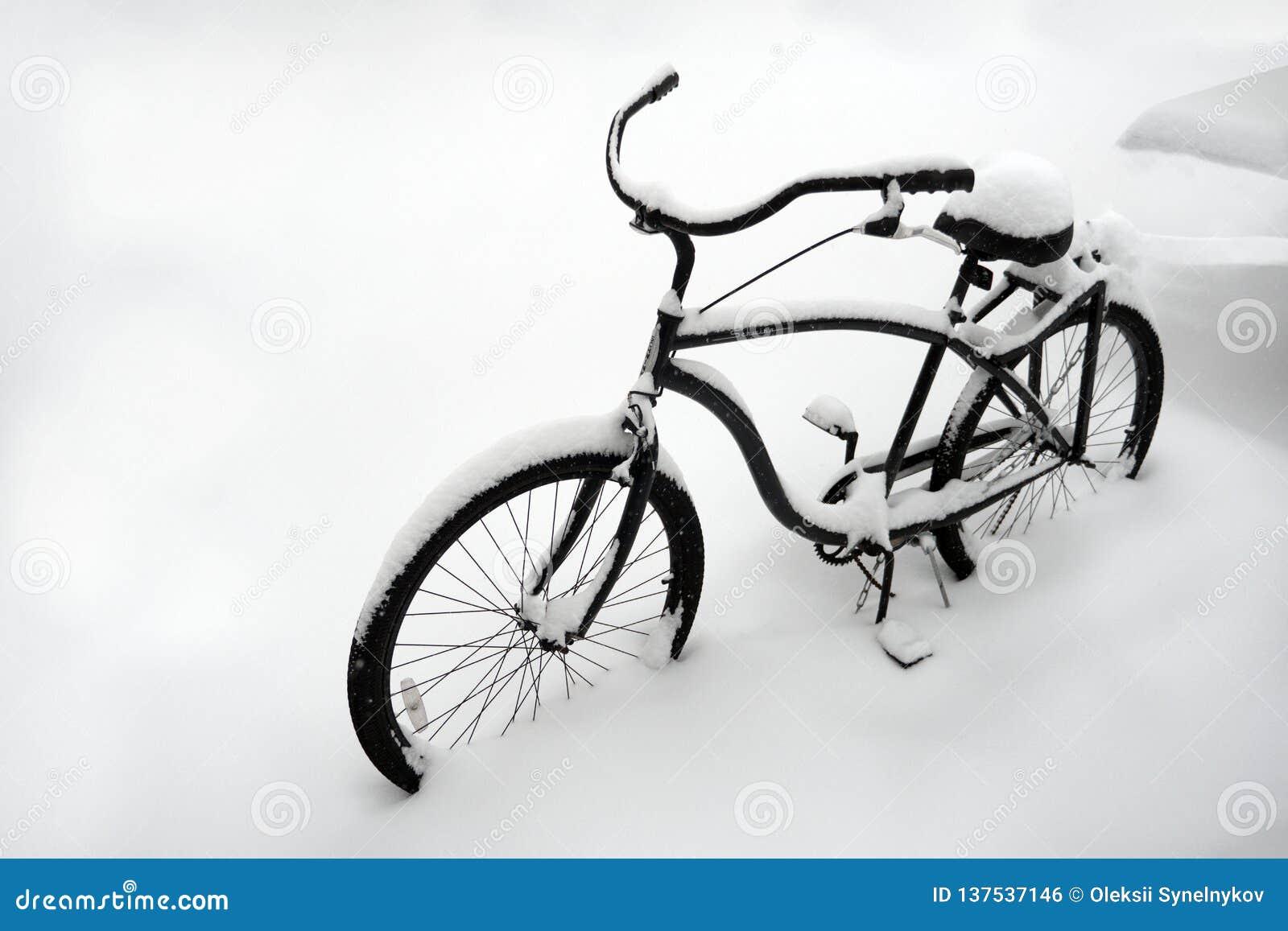 Ανώμαλος καιρός Άσχημος καιρός το χειμώνα Ποδήλατο στο χιόνι Ποδήλατο που καλύπτεται μόνο με το χιόνι Ποδήλατο που θάβεται στο χι
