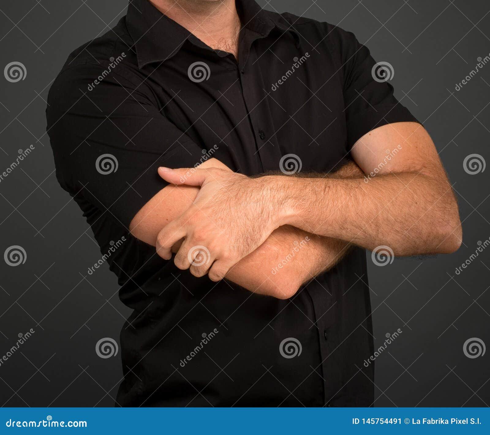 Ανώνυμο άτομο στο μαύρο πουκάμισο