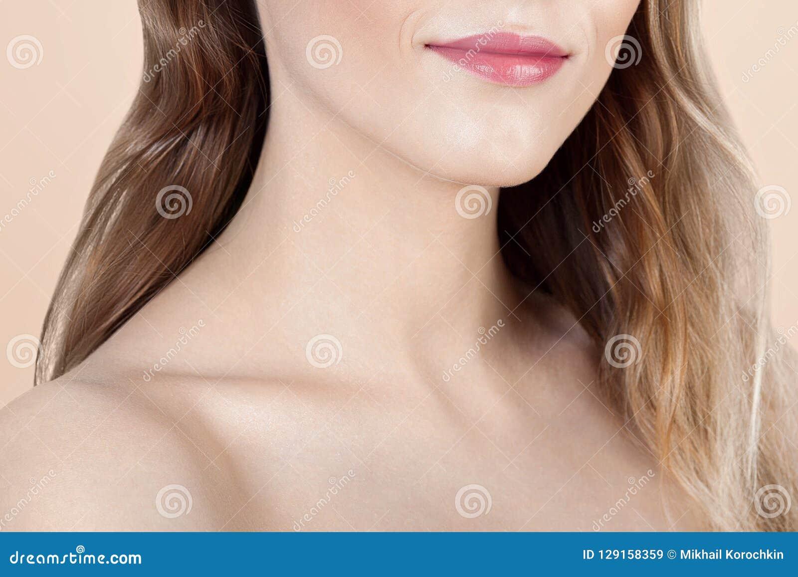Ανώνυμο πορτρέτο της νέας όμορφης γυναίκας με το καθαρό τέλειο s