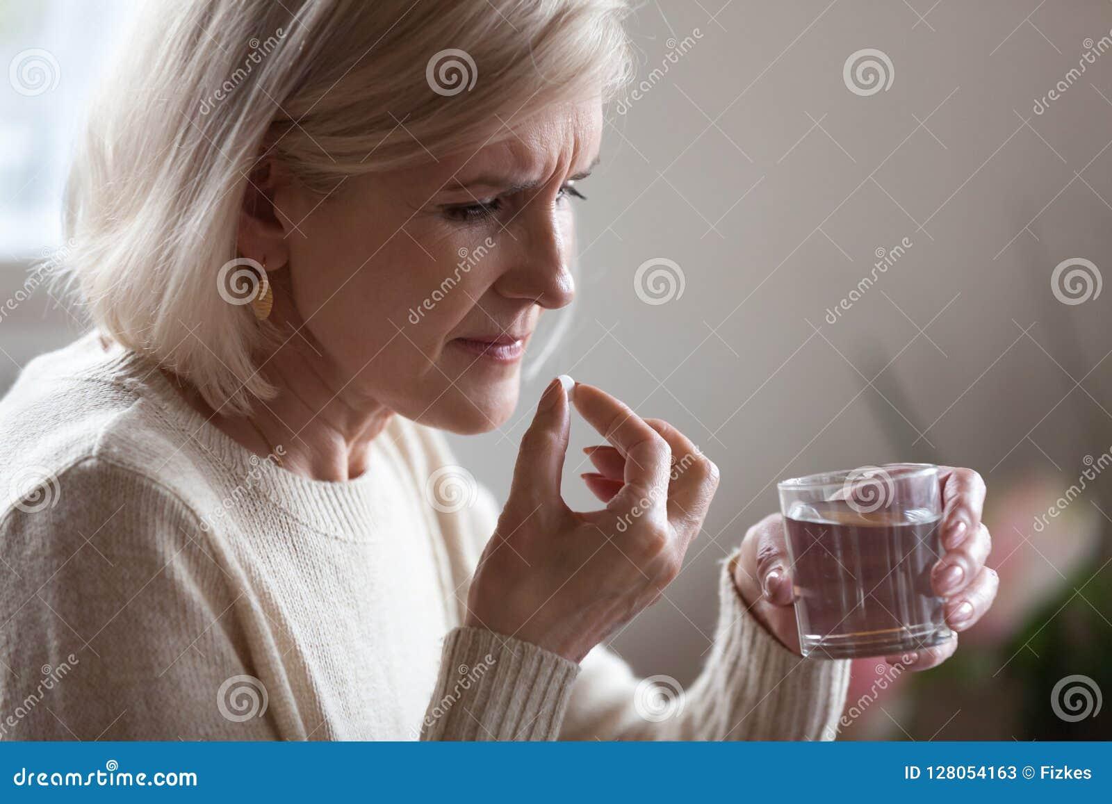 Ανώτερα χάπι εκμετάλλευσης γυναικών και νερό γυαλιού που παίρνει την ιατρική